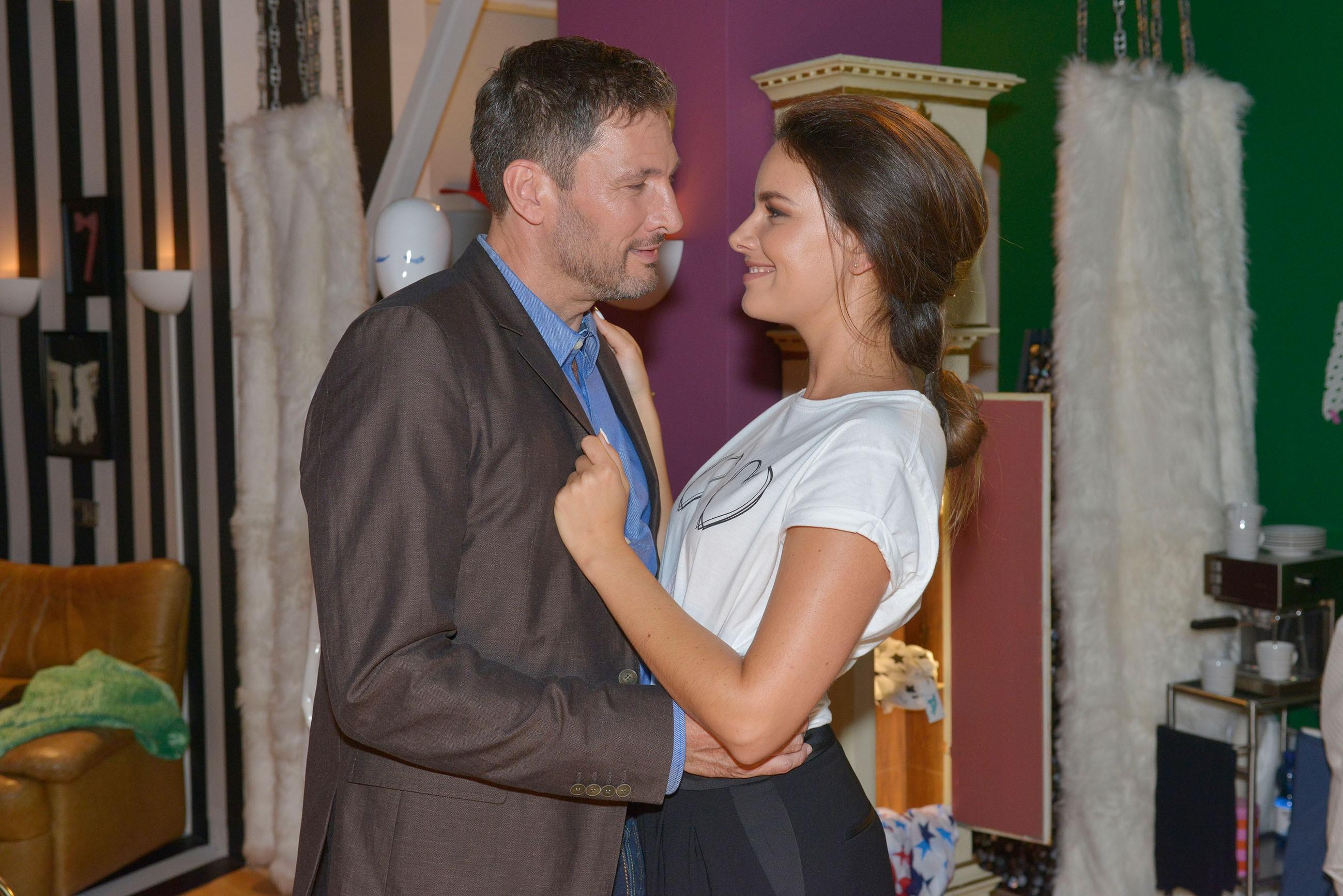 Jasmin (Janina Uhse) möchte schnellstmöglich mit Frederic (Dieter Bach) zusammenziehen - nicht ahnend, dass ein dunkler Schatten über dieser Liebe liegt... (Quelle: RTL / Rolf Baumgartner)