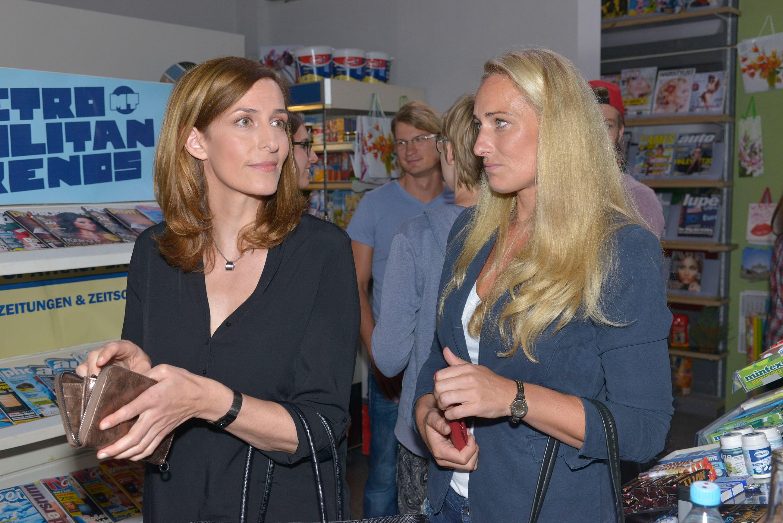 Katrin (Ulrike Frank, l.) und Maren (Eva Mona Rodekirchen) haben bei der Spätkauf-Party so ihre Bedenken. (Quelle: RTL / Rolf Baumgartner)