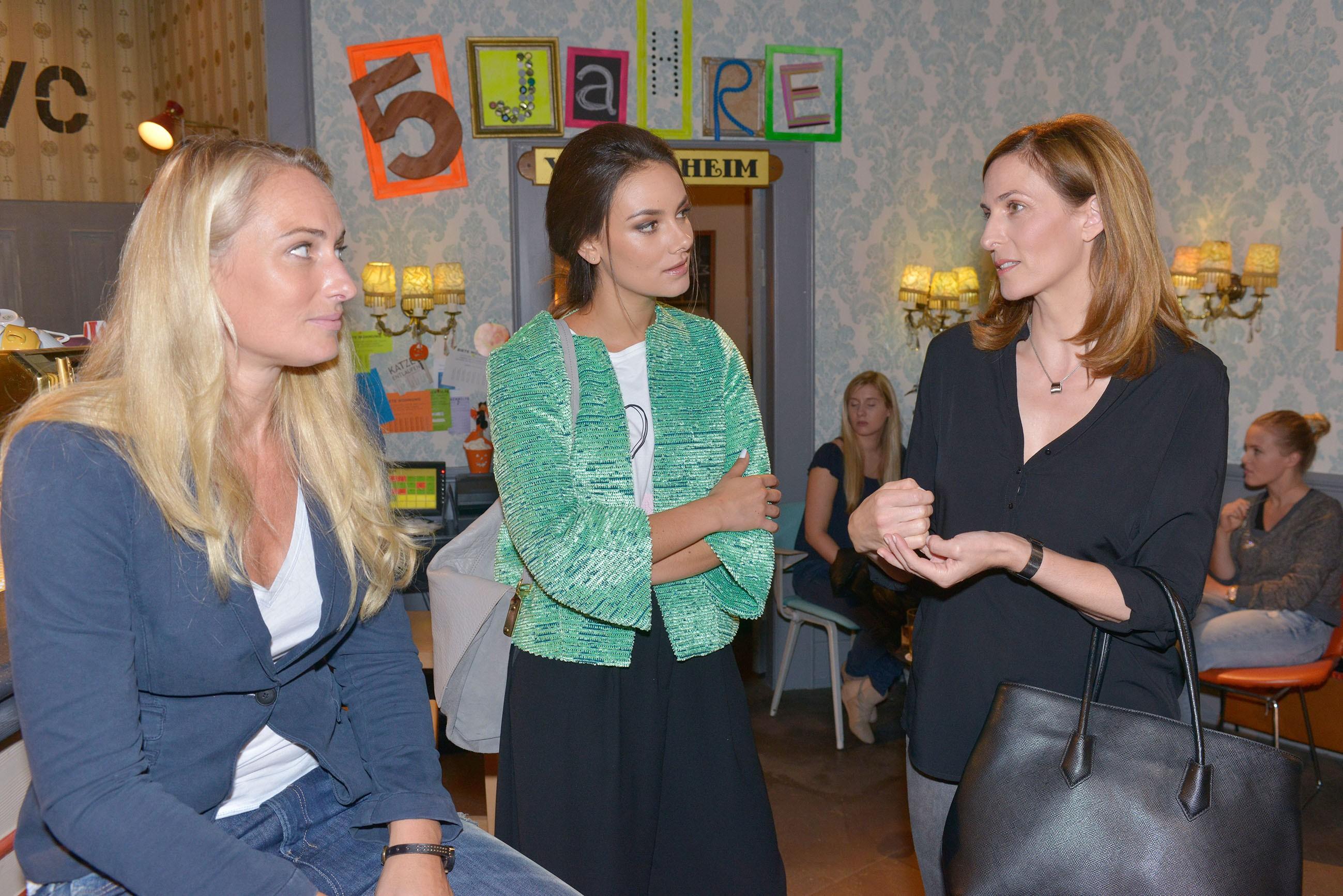 Jasmin (Janina Uhse, M.) kann sich die Spannungen zwischen Katrin (Ulrike Frank, r.) und Maren (Eva Mona Rodekirchen) nicht erklären. (Quelle: RTL / Rolf Baumgartner)