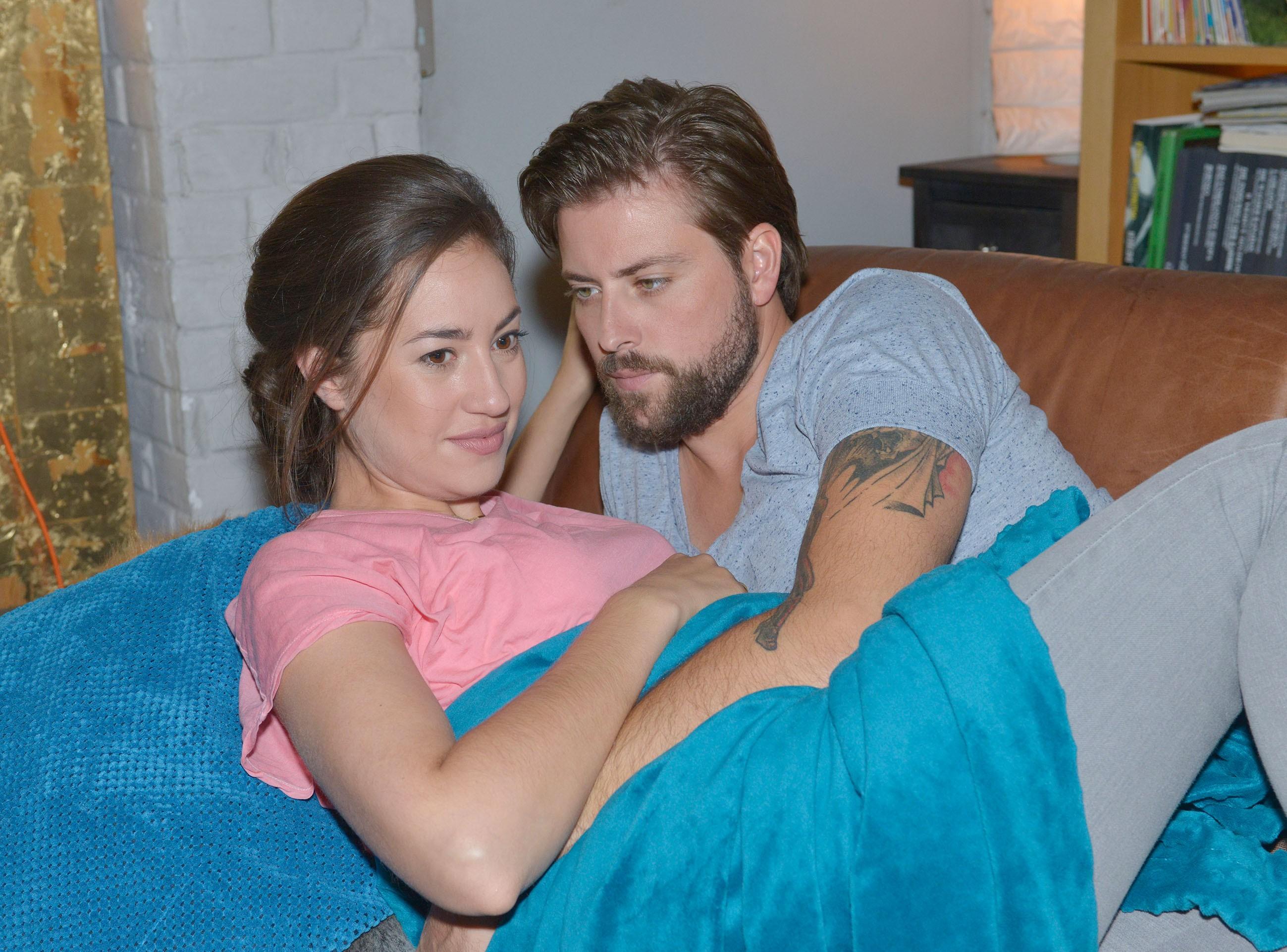 John (Felix von Jascheroff) und Elena (Elena Garcia Gerlach) wollen trotz der Probleme mit Philip ihr Glück genießen. (Quelle: RTL / Rolf Baumgartner)