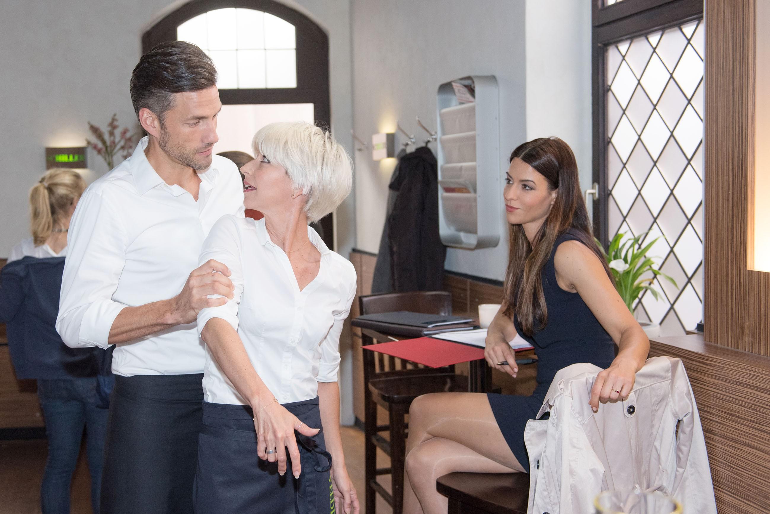 Malte (Stefan Bockelmann) beruhigt Ute (Isabel Hertel), als die sich mal wieder von Ricarda Schätzke (Anna Lena Class, r.) provozieren lässt. (Quelle: RTL / Stefan Behrens)