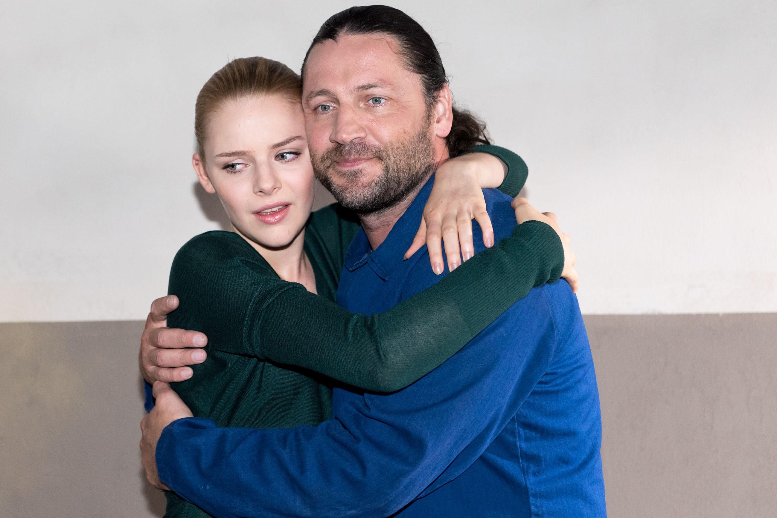 Fiona (Olivia Burkhart) und Rolf (Stefan Franz) sind zutiefst erleichtert, als Rolf unerwartetet entlassen wird. (Quelle: RTL / Stefan Behrens)