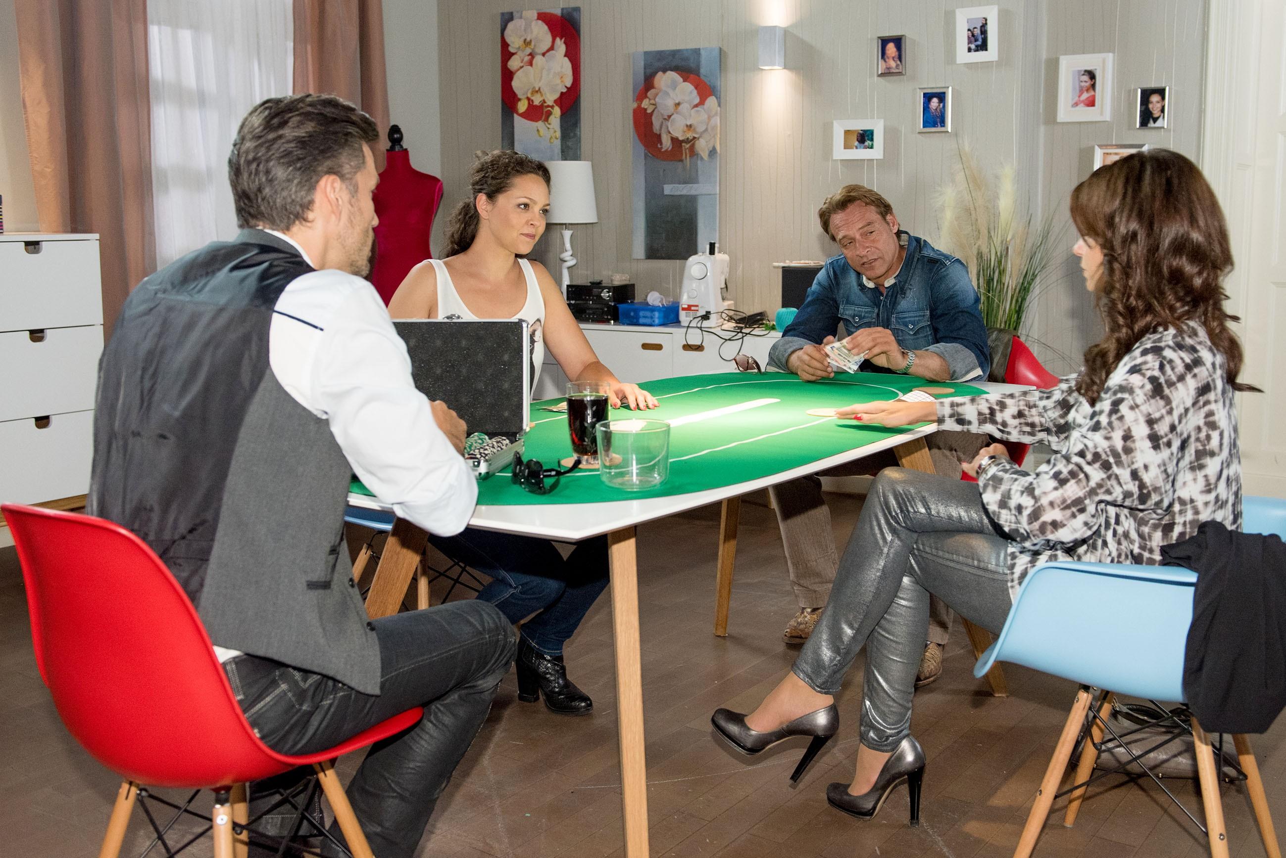 Malte (Stefan Bockelmann, l.) und Caro (Ines Kurenbach)gehen siegessicher in das Poker-Duell mit Rufus (Kai Noll) und Britta (Tabea Heynig). (Quelle: RTL / Stefan Behrens)