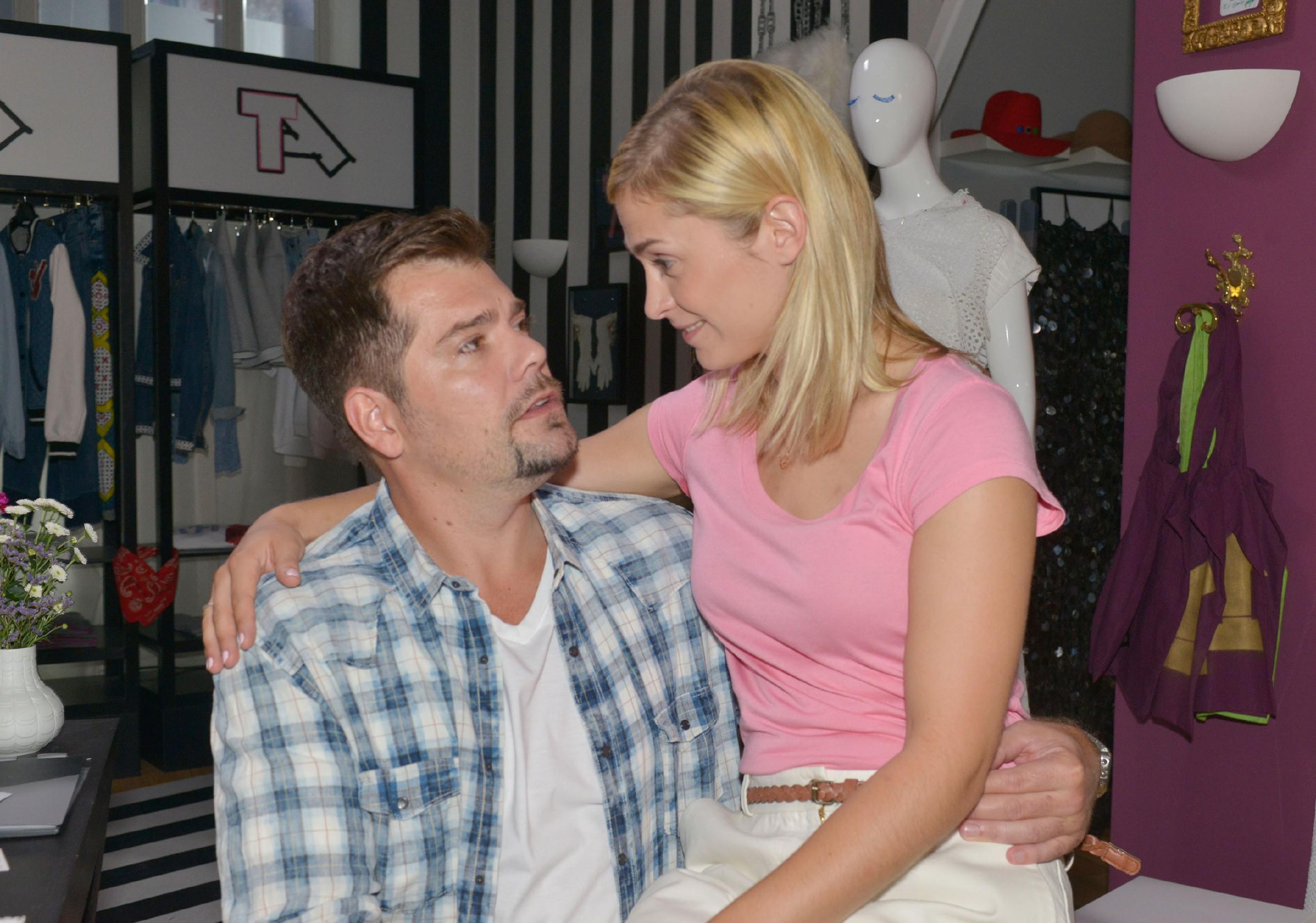 Sophie (Lea Marlen Woitack) erklärt Leon (Daniel Fehlow), dass ihr die Arbeit bei Tussi Attack Spaß macht und sie davon ablenkt, dass sie auf ihre zahlreichen Bewerbungen als Journalistin bisher nur Absagen erhalten hat. (Quelle: RTL / Rolf Baumgartner)