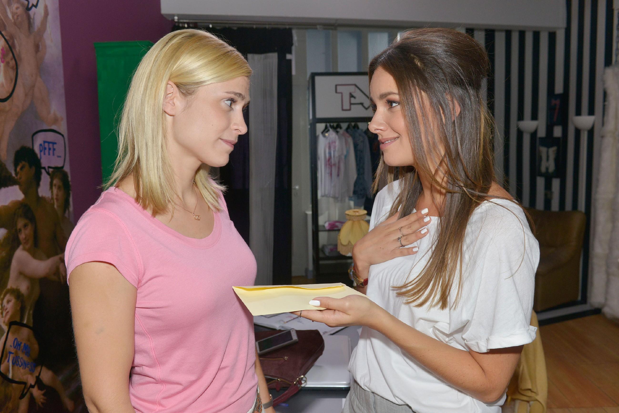 Jasmin (Janina Uhse, r.) bedankt sich bei Sophie (Lea Marlen Woitack) für ihren Einsatz bei Tussi Attack und ist froh, sie im Laden nicht zu verlieren. (Quelle: RTL / Rolf Baumgartner)