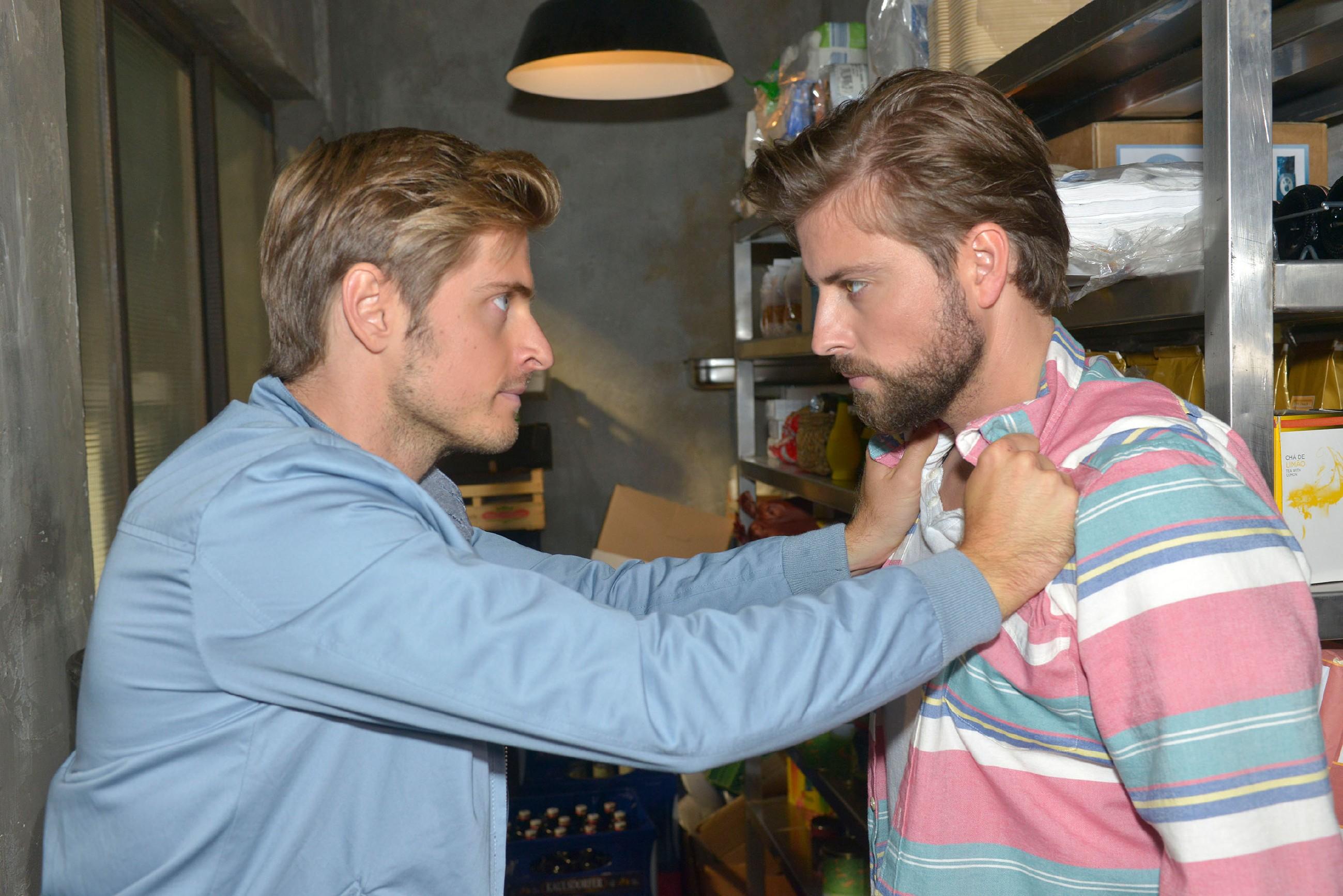 Nachdem Philip (Jörn Schlönvoigt, l.) erfahren hat, dass John (Felix von Jascheroff) ihn verkuppeln wollte, kommt es unter den Brüdern zu einem bösen Streit... (Quelle: RTL / Rolf Baumgartner)