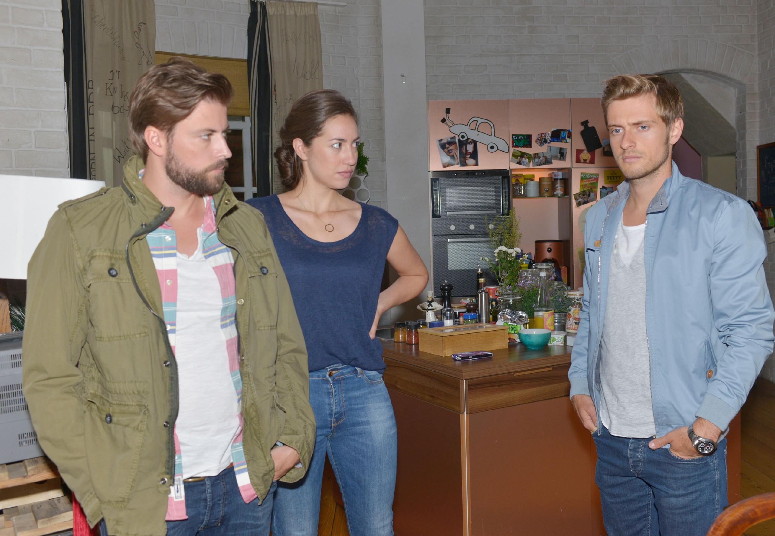 John (Felix von Jascheroff, l.) wird misstrauisch, als Philip (Jörn Schlönvoigt) auftaucht und von Elena (Elena Garcia Gerlach) harsch angegangen wird. (Quelle: RTL / Rolf Baumgartner)