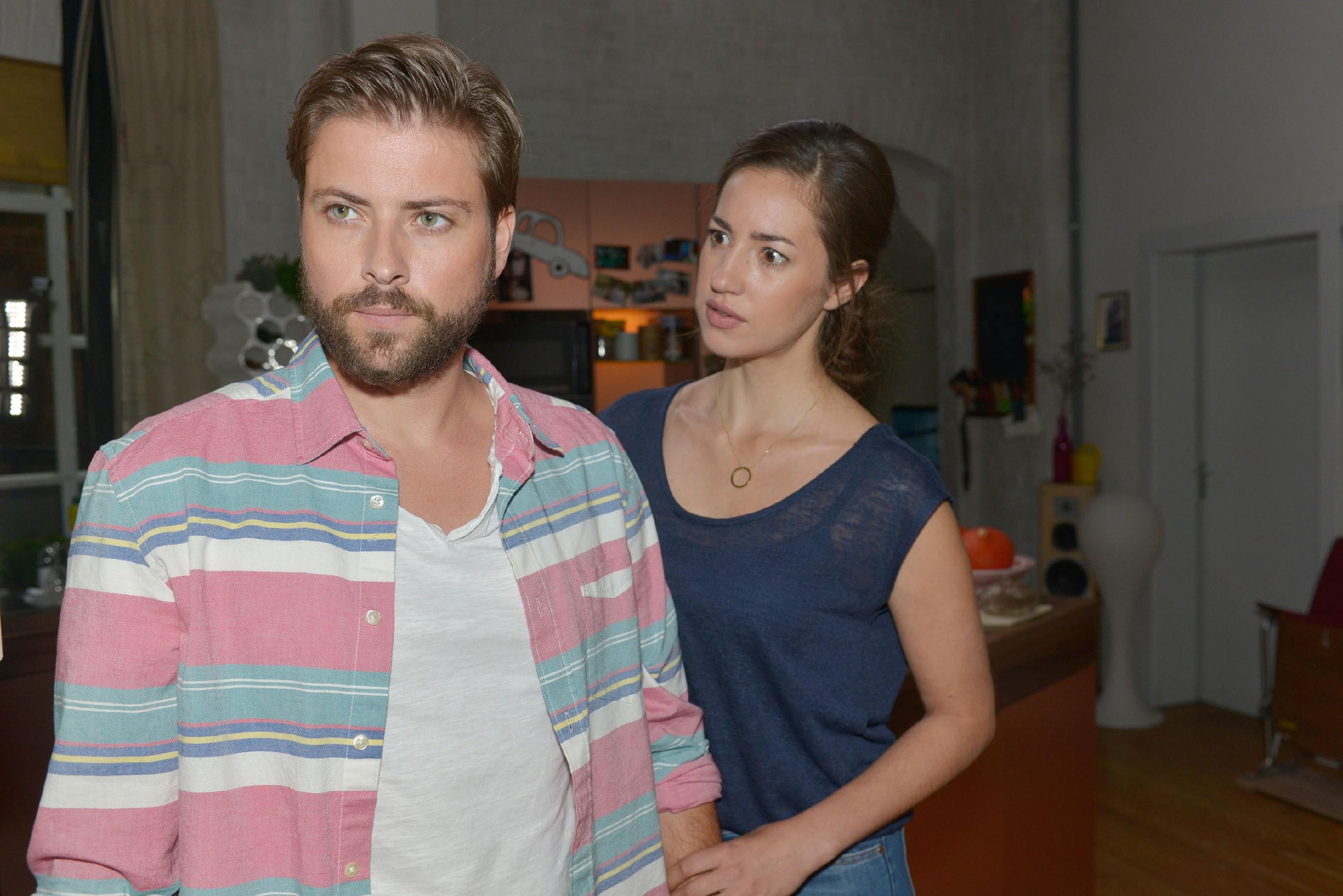 Elena (Elena Garcia Gerlach) muss dem entsetzten John (Felix von Jascheroff) gestehen, dass Philip versucht hat, sie zu küssen. (Quelle: RTL / Rolf Baumgartner)