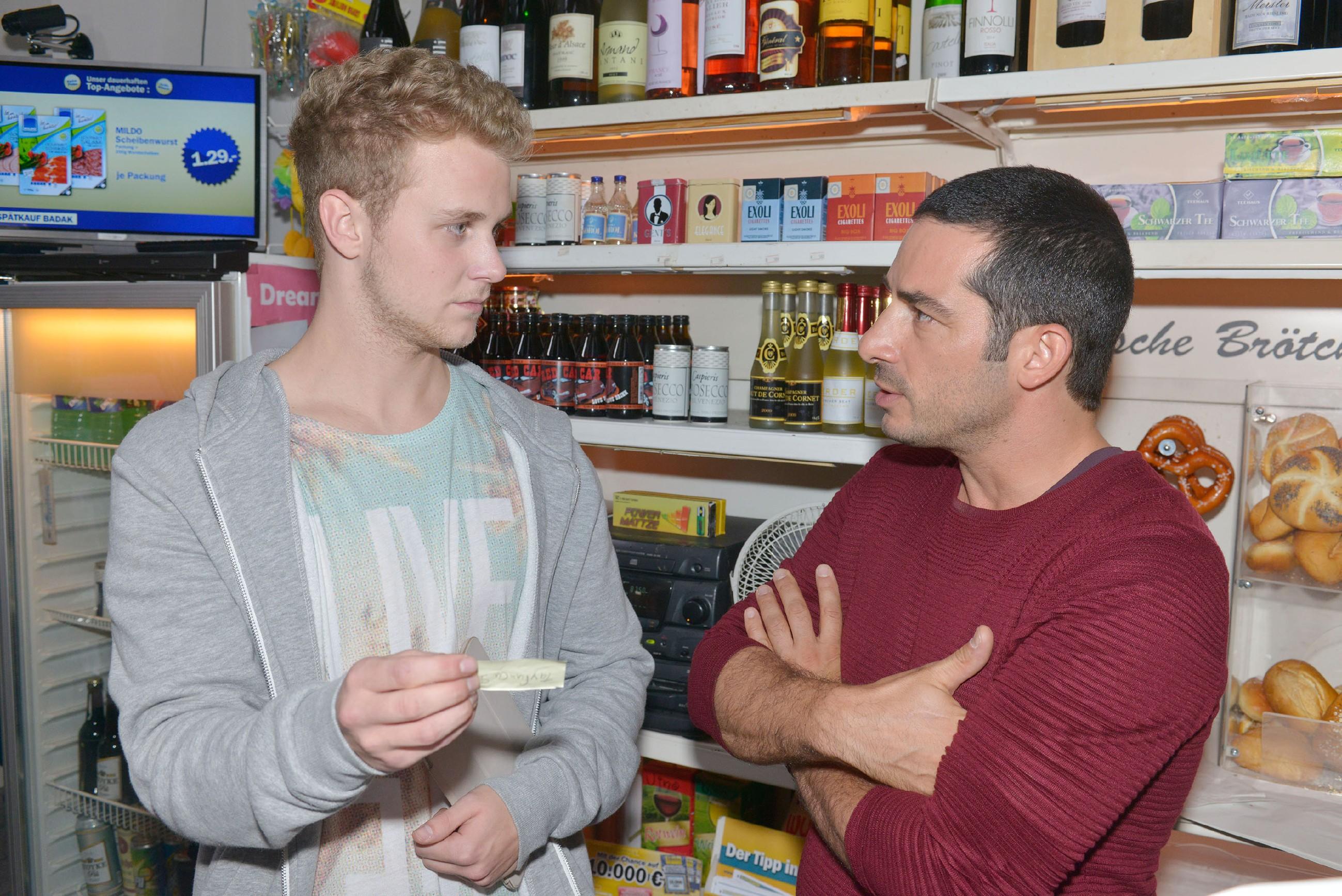Jonas (Felix van Deventer, l.) und Tayfun (Tayfun Baydar) nehmen sich gegenseitig auf den Arm. (Quelle: RTL / Rolf Baumgartner)