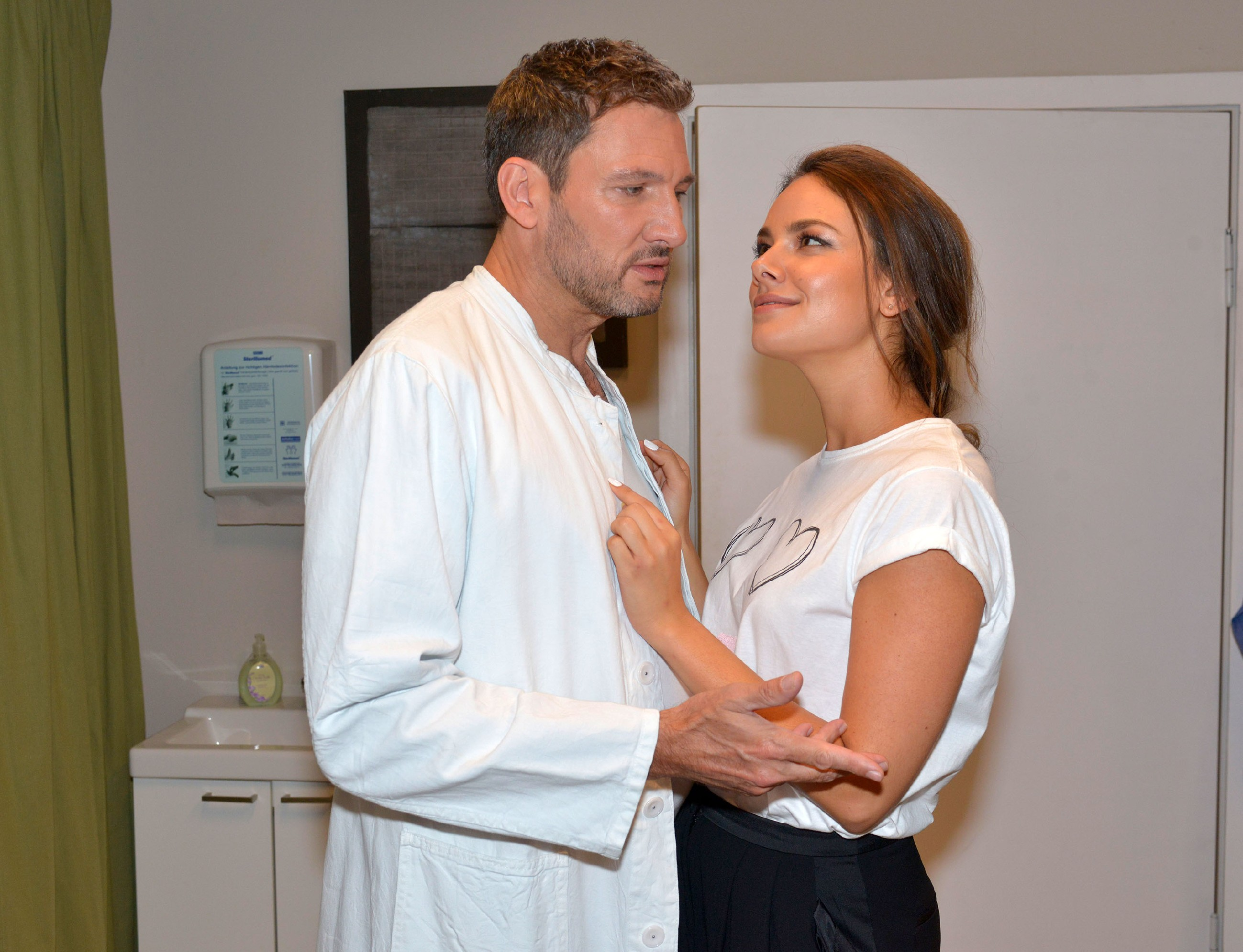 Frederic (Dieter Bach) schafft es einfach nicht, Jasmin (Janina Uhse) über seine Vergangenheit aufzuklären. (Quelle: RTL / Rolf Baumgartner)