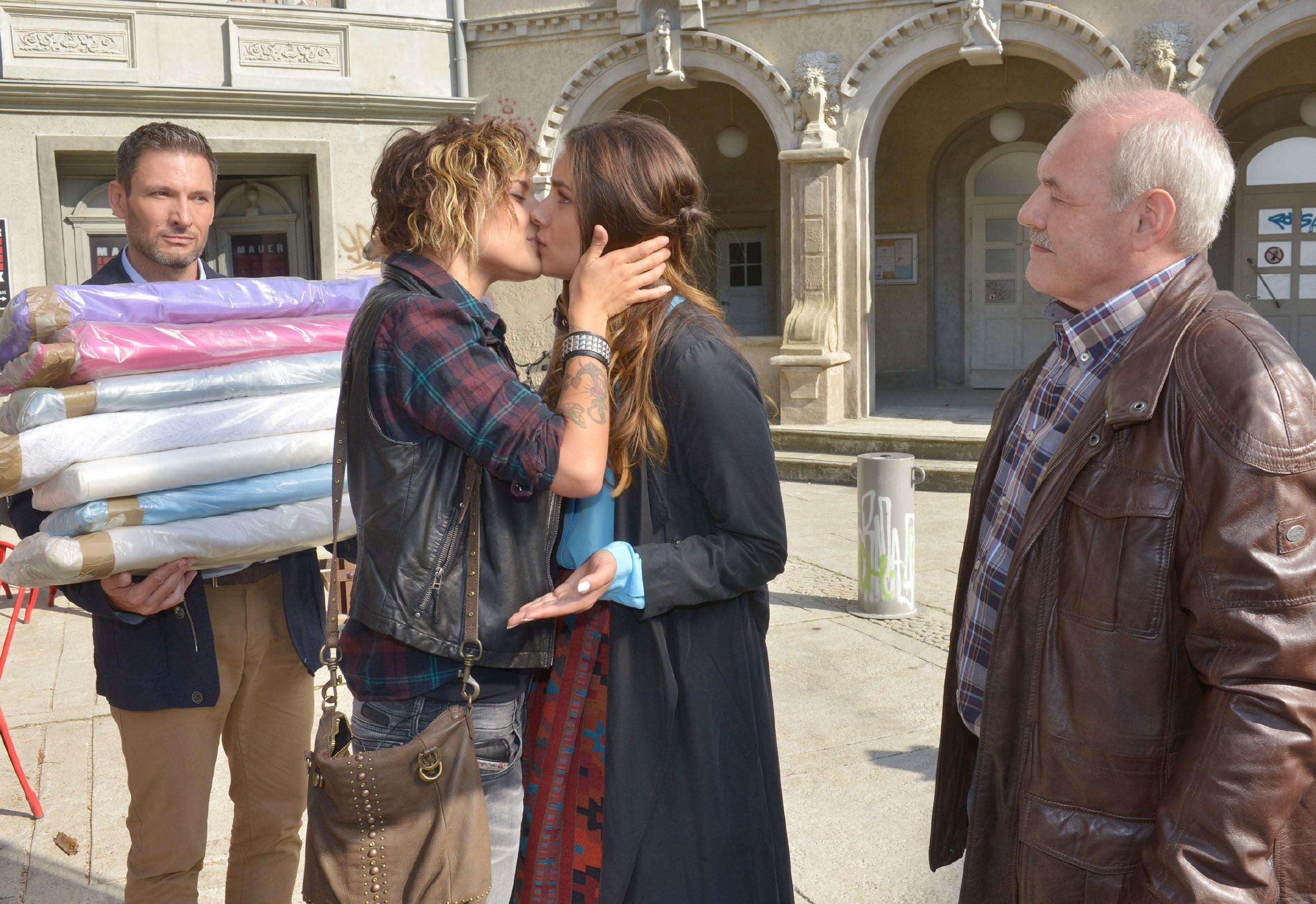 Wie Frederic (Dieter Bach, l.) ist Jasmin (Janina Uhse, 2.v.r.) völlig überrascht, als Anni (Linda Marlen Runge) sie vor Annis Vater Rainer (Achim E. Ruppel) unvermittelt küsst... (Quelle: RTL / Rolf Baumgartner)