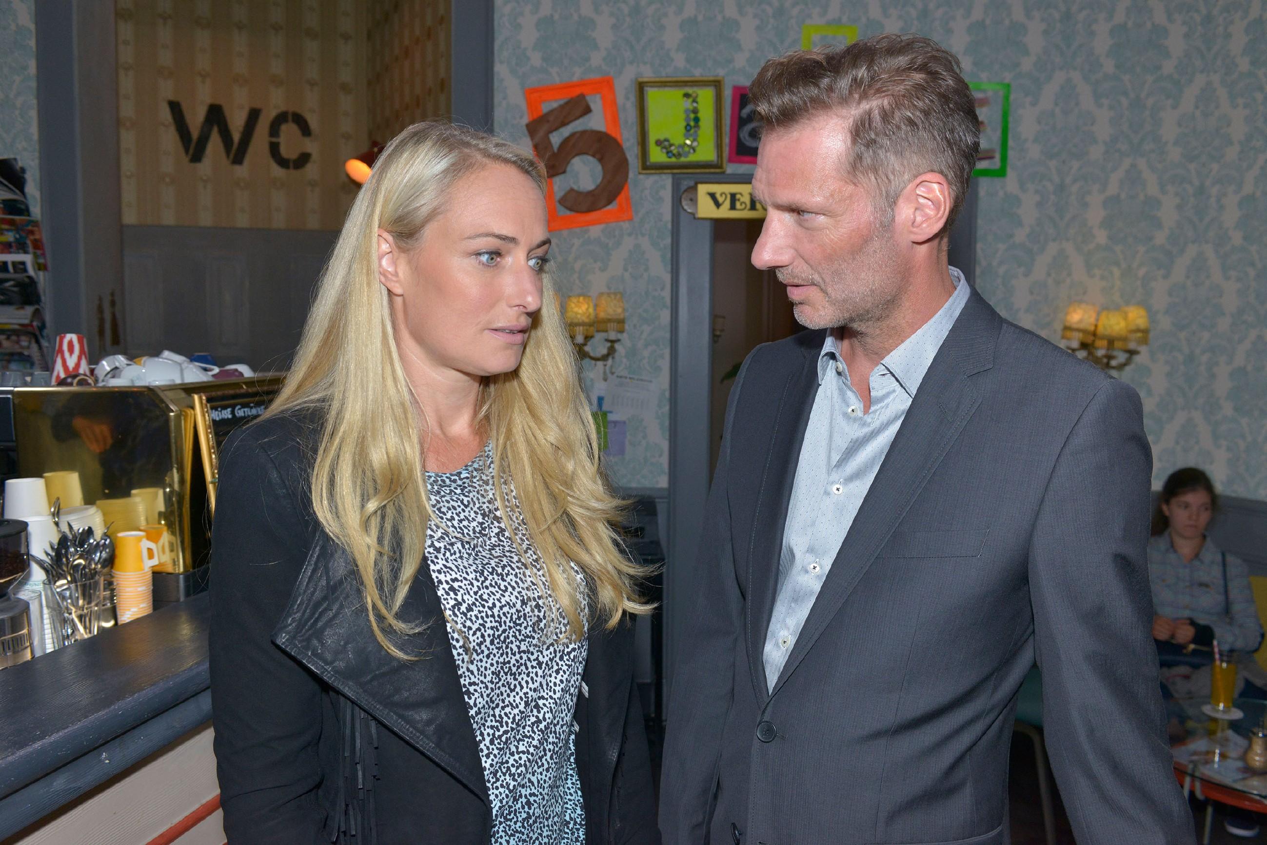 Maren (Eva Mona Rodekirchen) erzählt Alexander (Clemens Löhr) von ihren Schwierigkeiten mit Lilly. (Quelle: RTL / Rolf Baumgartner)