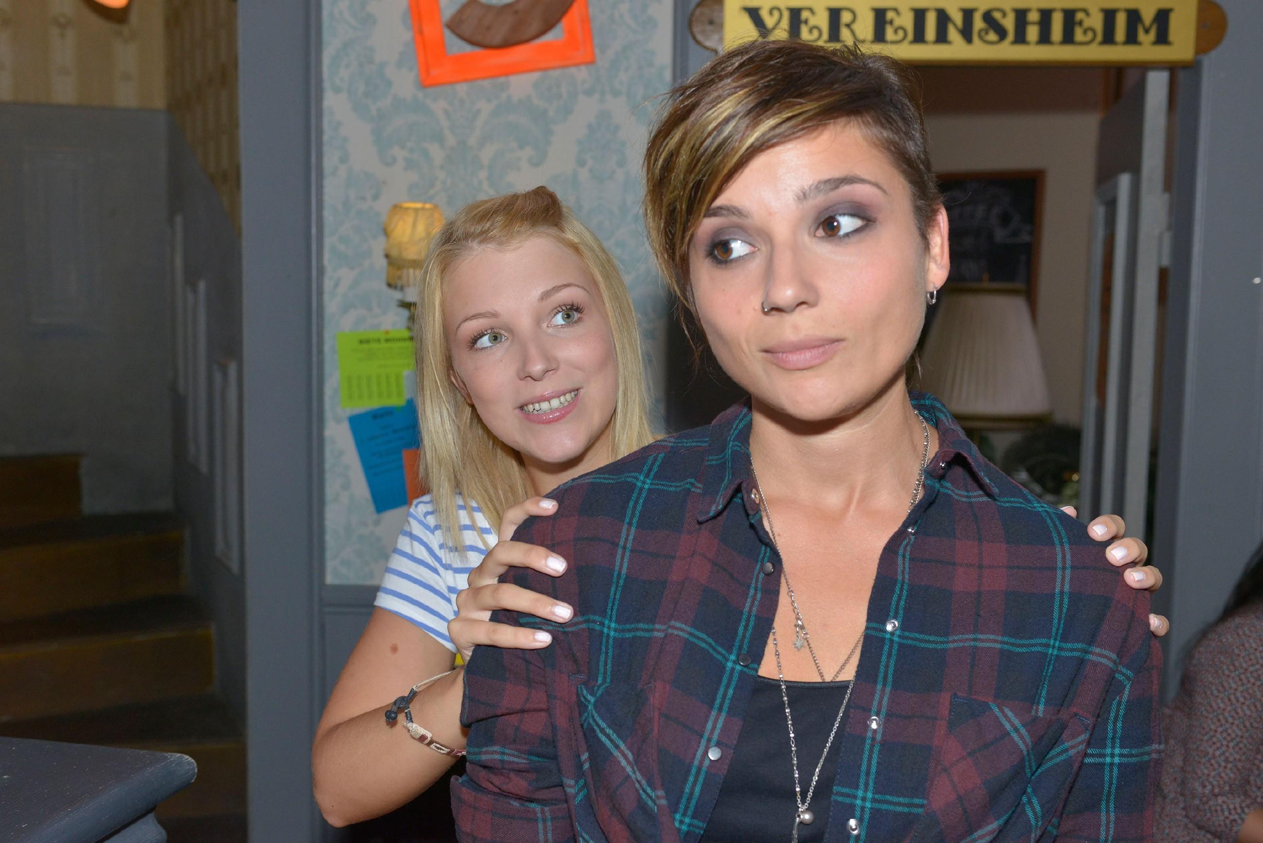 Lilly (Iris Mareike Steen, l.) versucht Anni (Linda Marlen Runge) aufzumuntern, doch die hat wenig Lust, ihren Geburtstag zu feiern. (Quelle: RTL / Rolf Baumgartner)