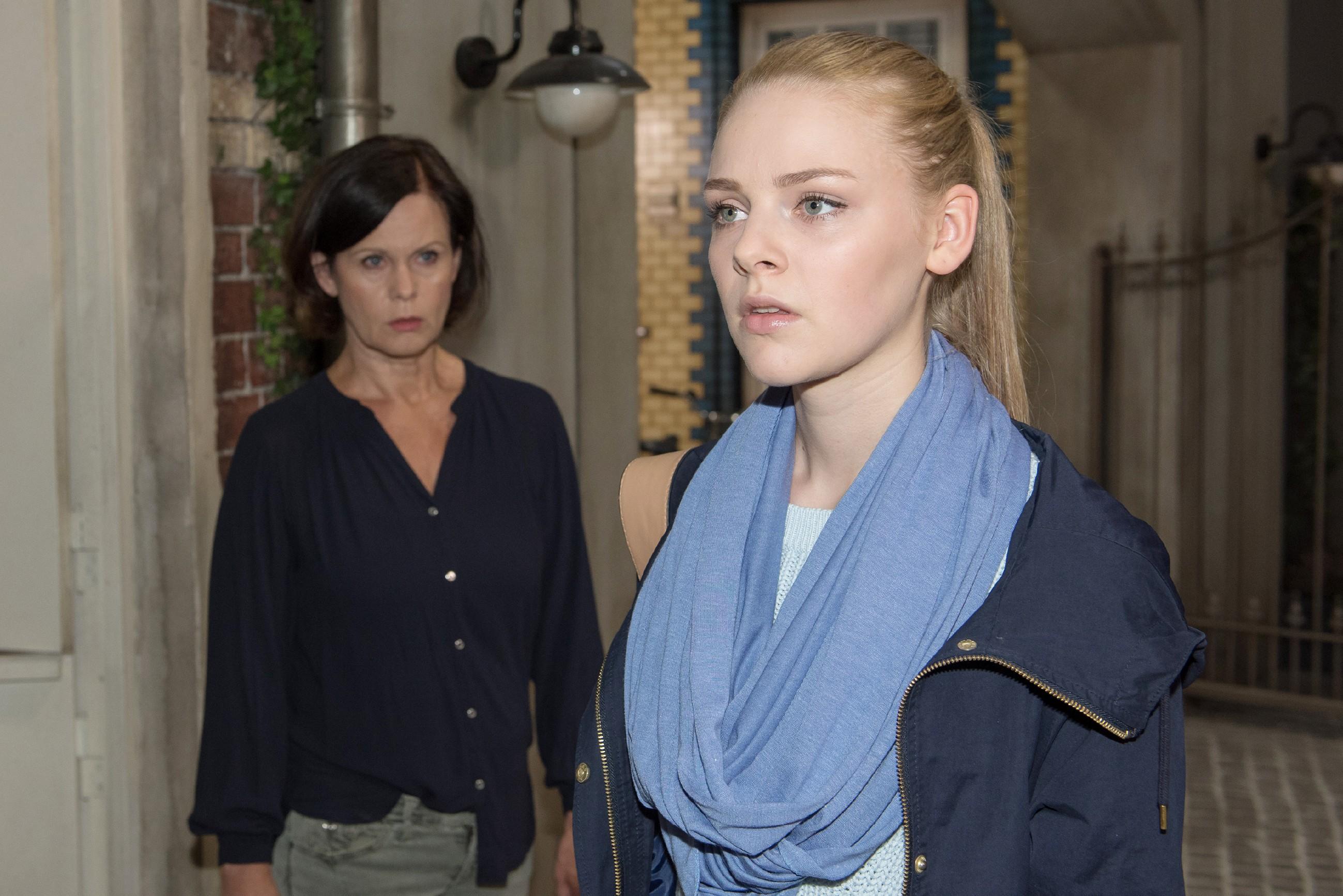 Fiona (Olivia Burkhart, r.) ist vom Ausmaß des Hasses gegenüber ihrem Vater schockiert und kündigt ihre Ausbildung bei Irene (Petra Blossey). (Quelle: RTL / Stefan Behrens)