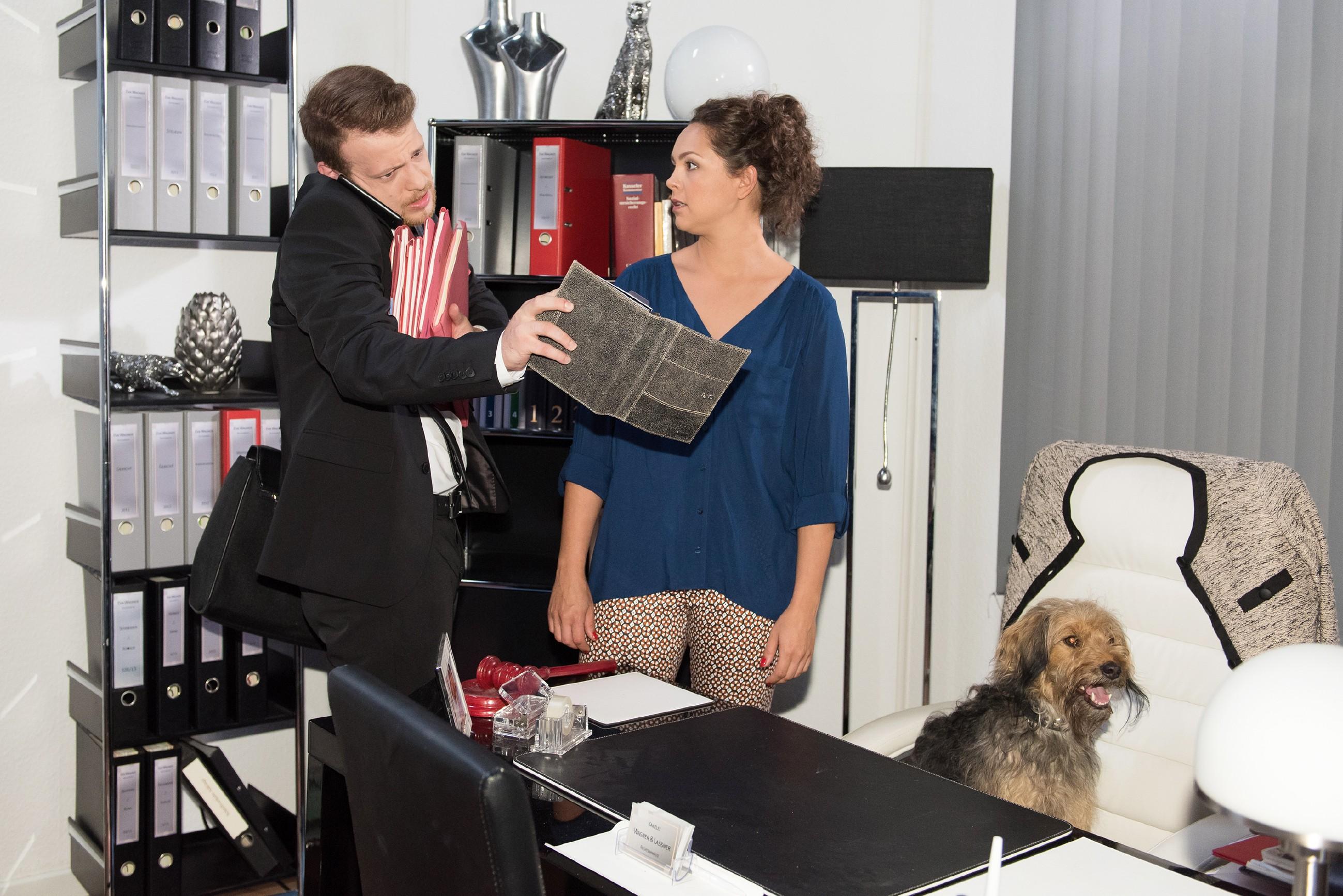 Als Caro (Ines Kurenbach) Tobias (Patrick Müller) als Anwalt konsultieren will, spannt der sie kurzerhand als Sekretärin ein. (Quelle: RTL / Stefan Behrens)