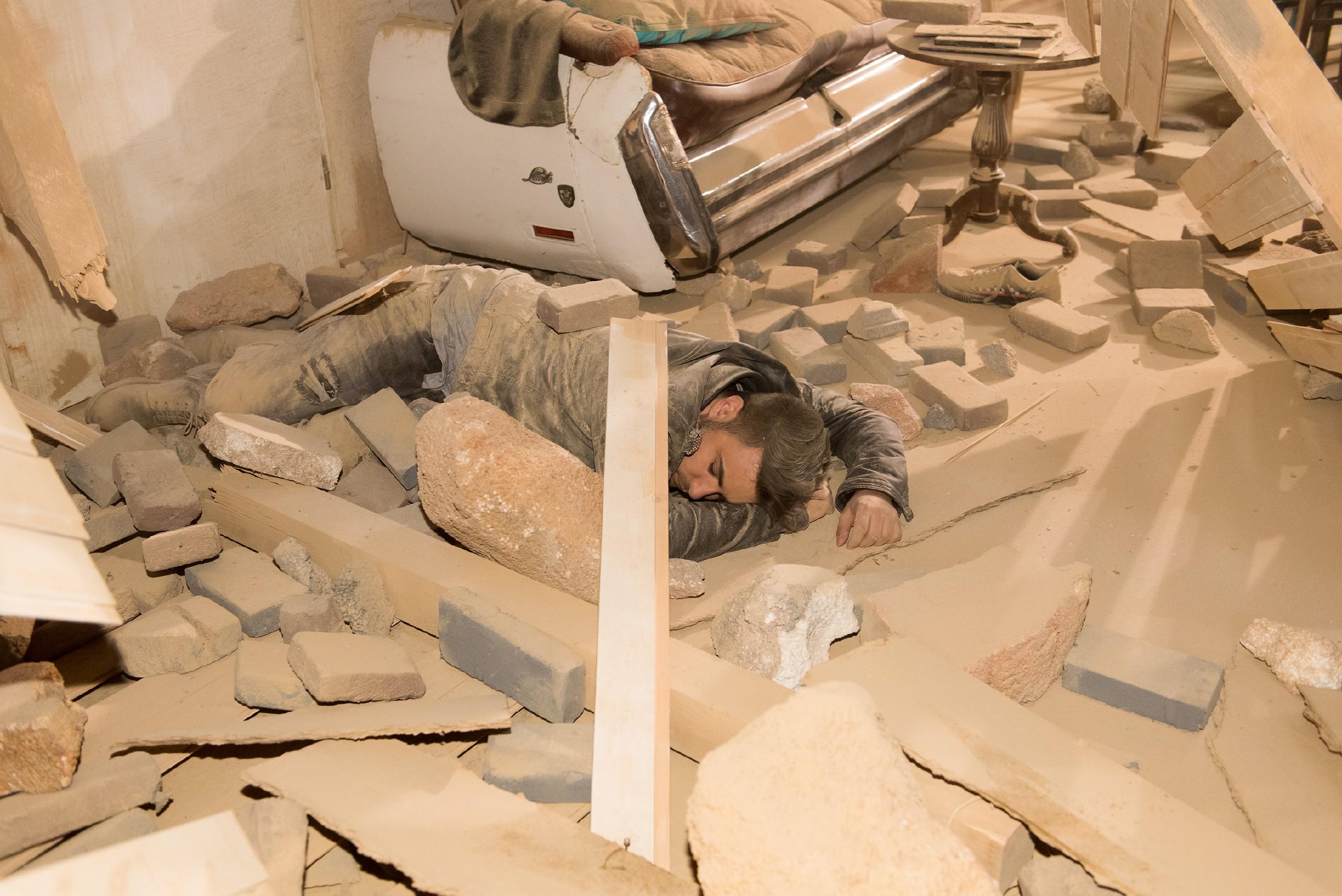 Easy (Lars Steinhöfel) wird mit Stinker unter dem einstürzendem Abbruchhaus begraben... (Quelle: RTL / Stefan Behrens)