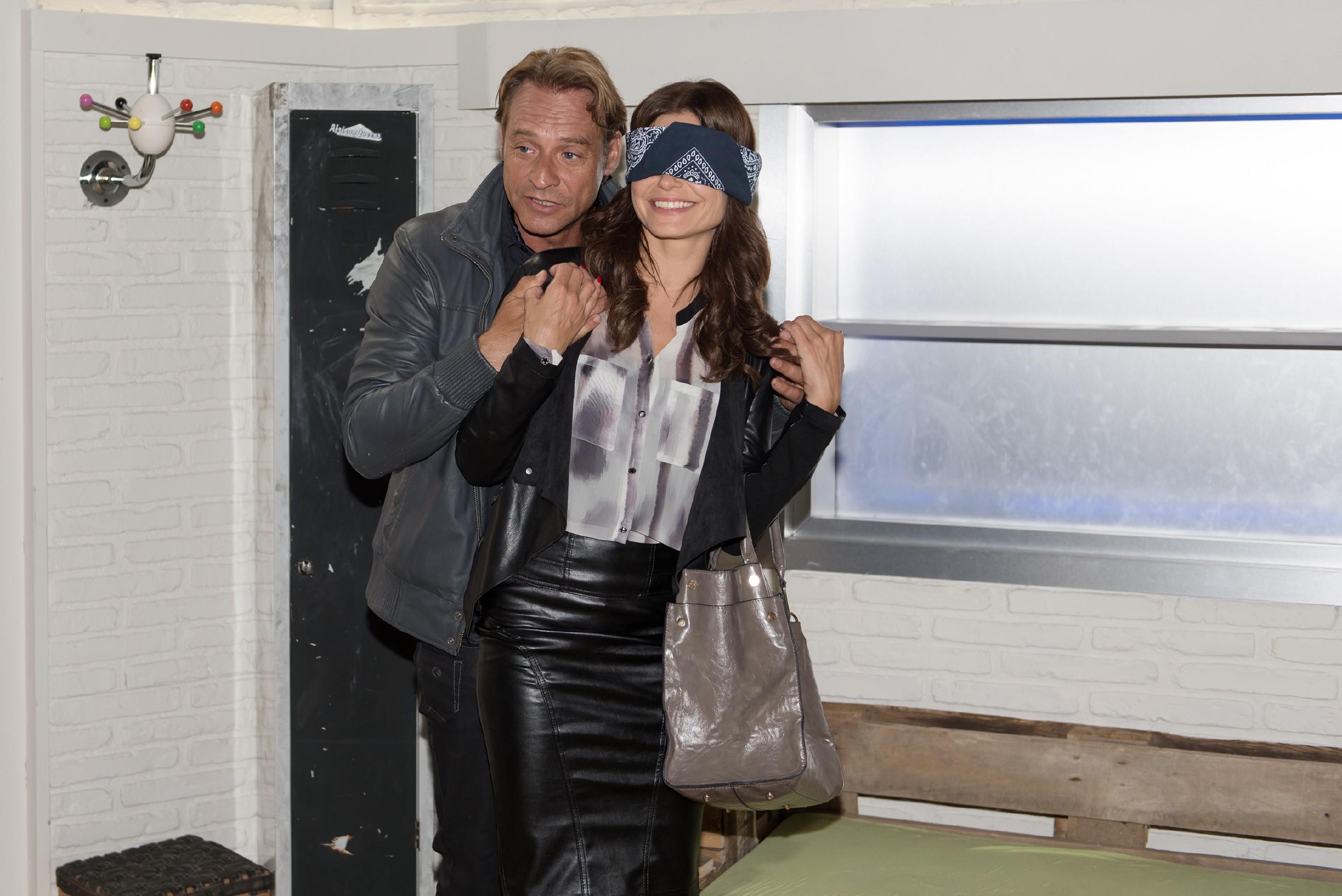 Rufus (Kai Noll) will Britta (Tabea Heynig) mit einer möglichen neuen Wohnung überraschen. (Quelle:: RTL / Stefan Behrens)