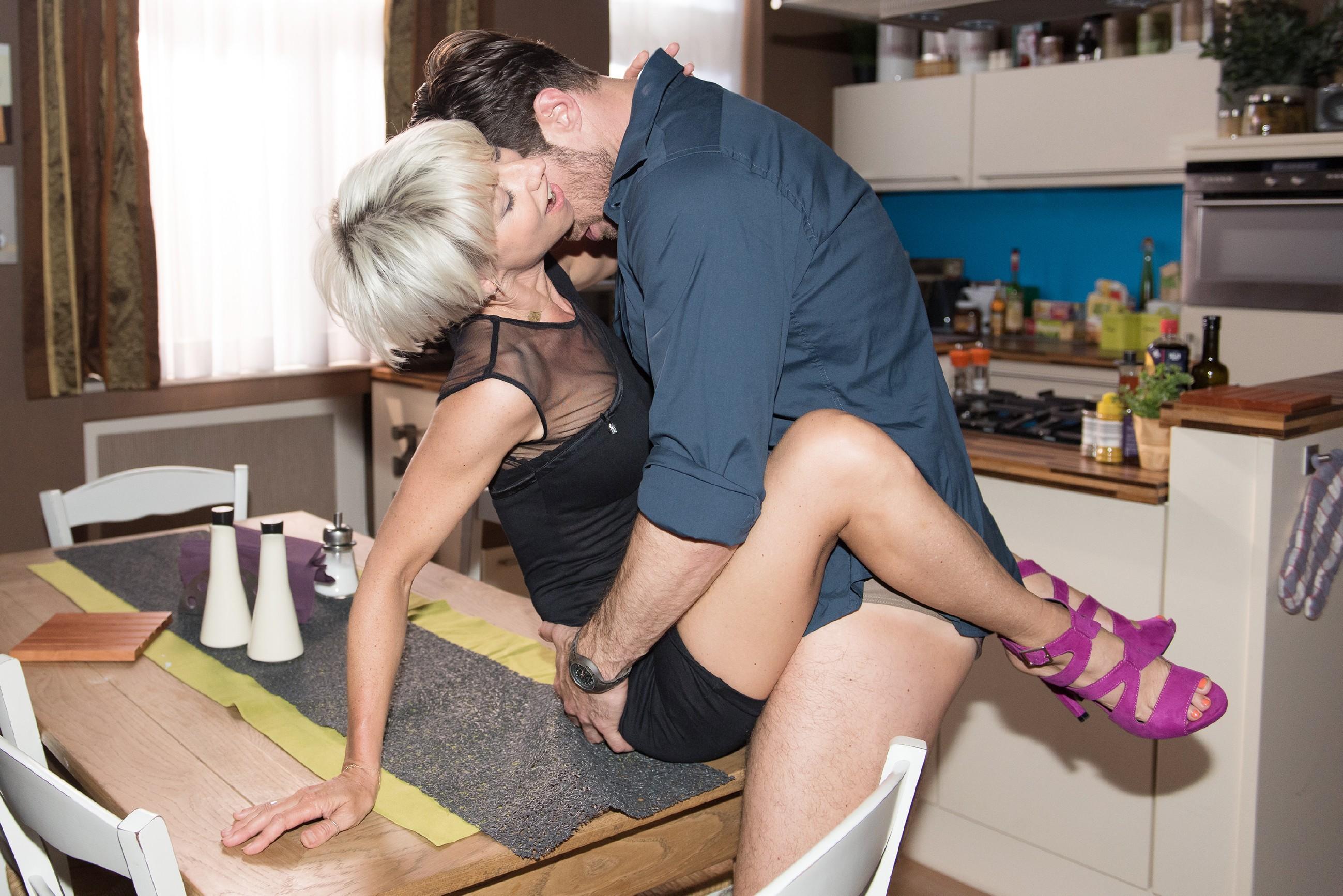 Nachdem Henning (Benjamin Kiss) Schätzkes Verführungsversuch widerstehen konnte, stürzt er sich leidenschaftlich auf Ute (Isabel Hertel), mit der eigentlich ausgehen wollte... (Quelle:: RTL / Stefan Behrens)