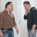 Bambi (Benjamin Heinrich, l.) muss Uli (Frank Voß) den Grund für die Trennung beichten und bekommt die ganze Enttäuschung seines Vaters zu spüren. (Quelle: RTL / Stefan Behrens)