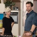 Sina (Valea Katharina Scalabrino) unterdrückt Easy (Lars Steinhöfel) gegenüber ihre Zweifel daran, die gemeinsame Wohnung mit Bambi aufzugeben. (Quelle: RTL / Stefan Behrens)