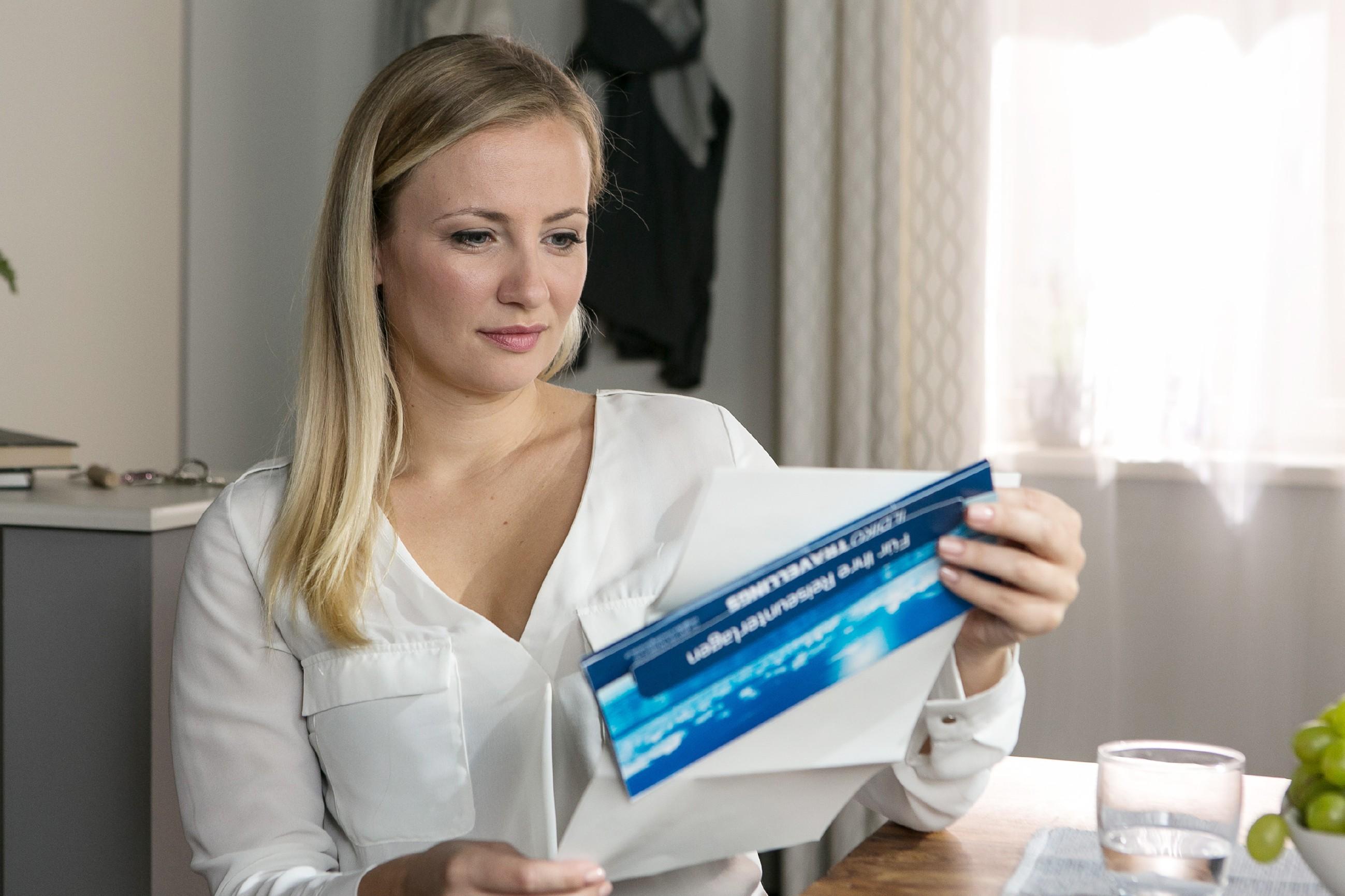 Als Isabelle (Ania Niedieck) eine Buchung für ein Hotel in Las Vegas findet, ist sie wider Erwarten beeindruckt. (Quelle: RTL / Kai Schulz)