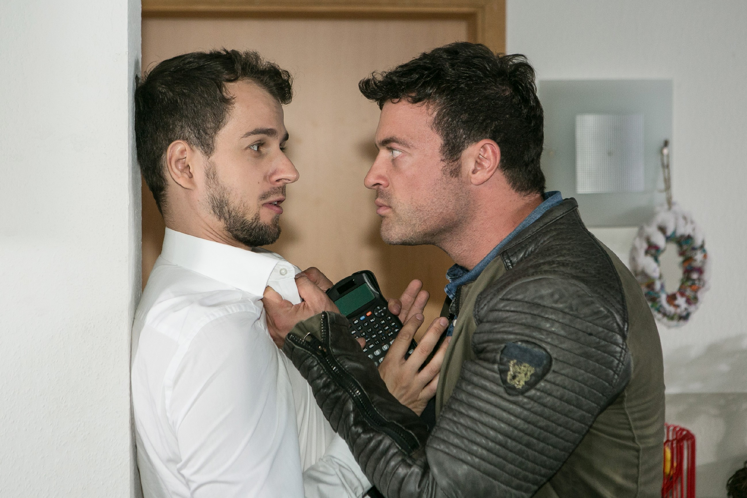 Nachdem Ben (Jörg Rohde, r.) in Tobis (Michael Jassin) Jacke einen Slip von Iva gefunden hat, wirft er ihn wütend aus der WG. (Quelle: RTL / Kai Schulz)