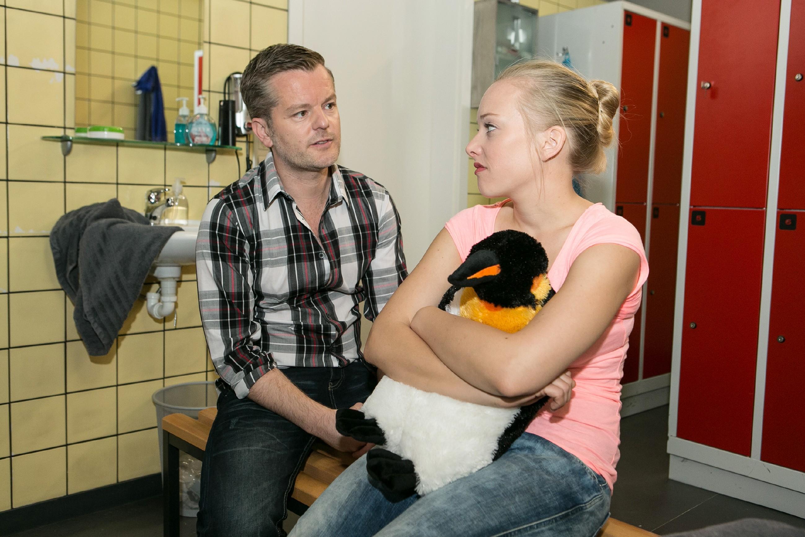 Marie (Judith Neumann) hat mit der Doppelbelastung ihres Trainings und den Aufgaben für VibraFace zu kämpfen, doch Ingo (André Dietz) steht ihr zur Seite und schafft es, Marie neue Energie zu geben. (Quelle: RTL / Kai Schulz)