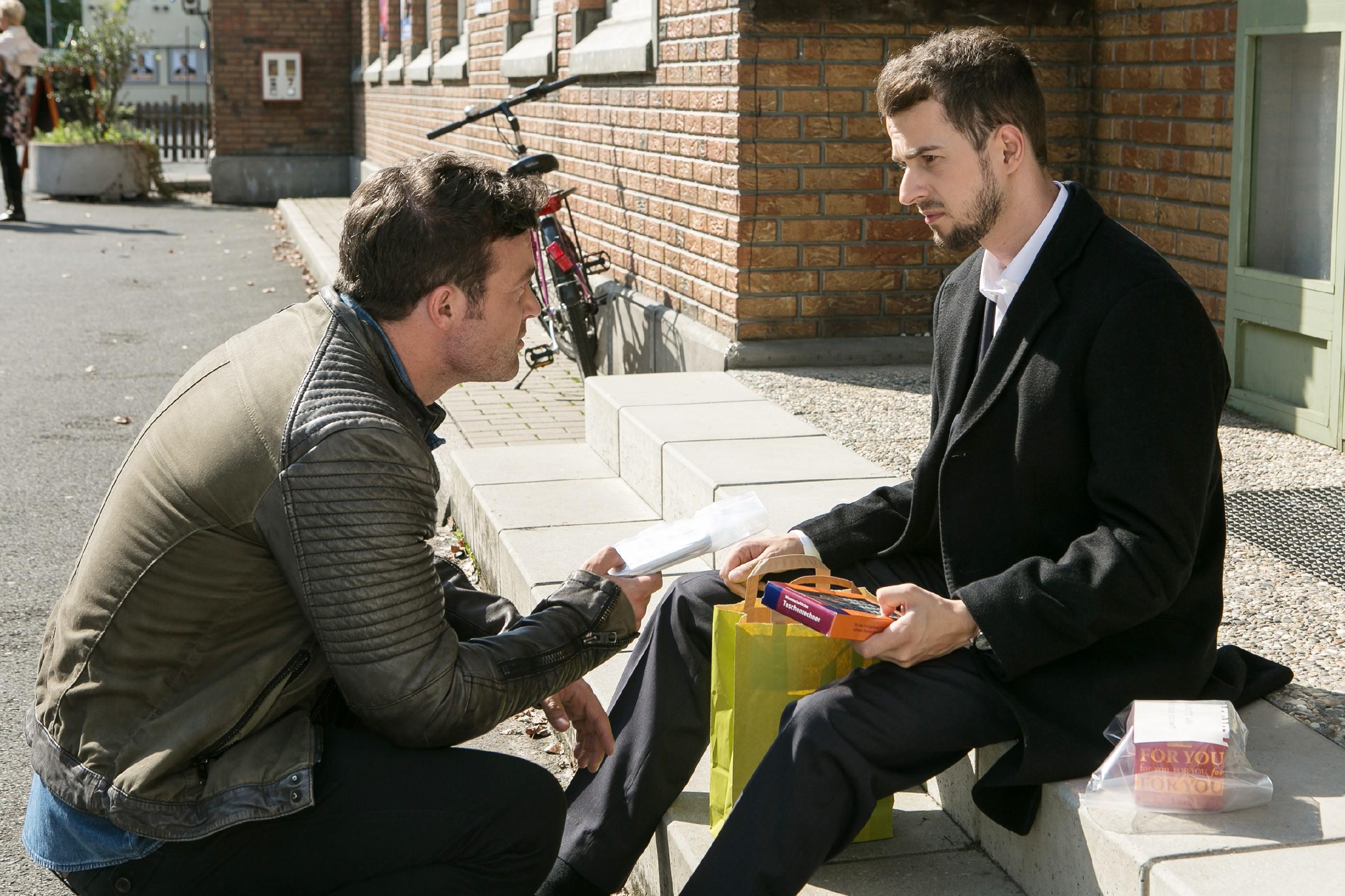 Tobi (Michael Jassin, r.) versucht Ben (Jörg Rhode) davon zu überzeugen, dass er nicht Ivas Stalker ist und hat eine einleuchtende Erklärung für seine Fingerabdrücke parat. (Quelle: RTL / Kai Schulz)