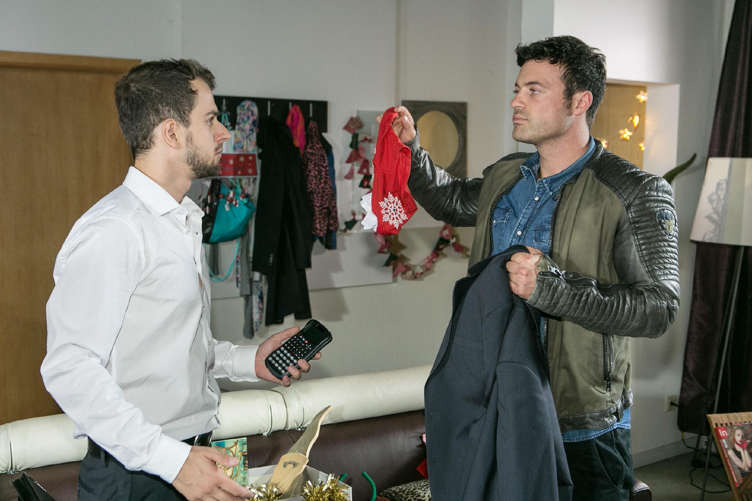 Ben (Jörg Rhode, r.) findet in Toabis Jacke einen eindeutigen Beweis, dass Tobi (Michael Jassin) doch der Stalker sein muss... (Quelle: RTL / Kai Schulz)
