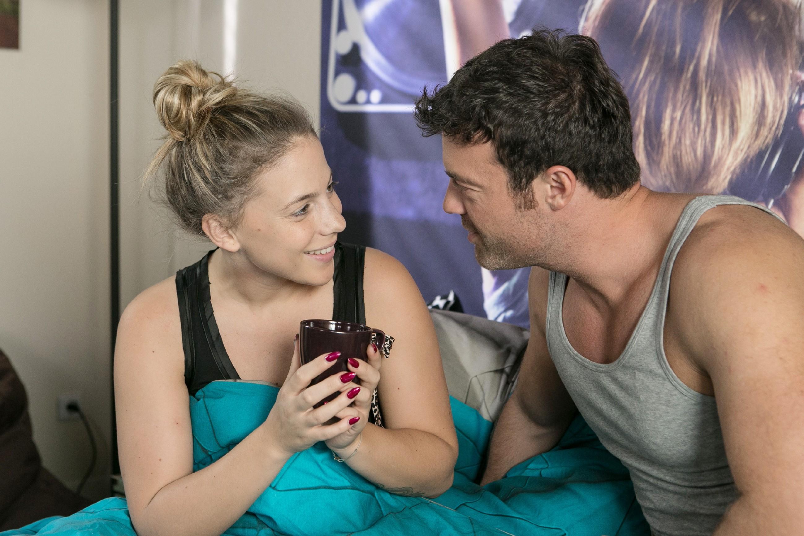 Iva (Christina Klein) erklärt Ben (Jörg Rohde), dass sie die unangenehme Erinnerung an den Stalker hinter sich lassen und sich auf ihren Weihnachtssong konzentrieren will. (Quelle: RTL / Kai Schulz)