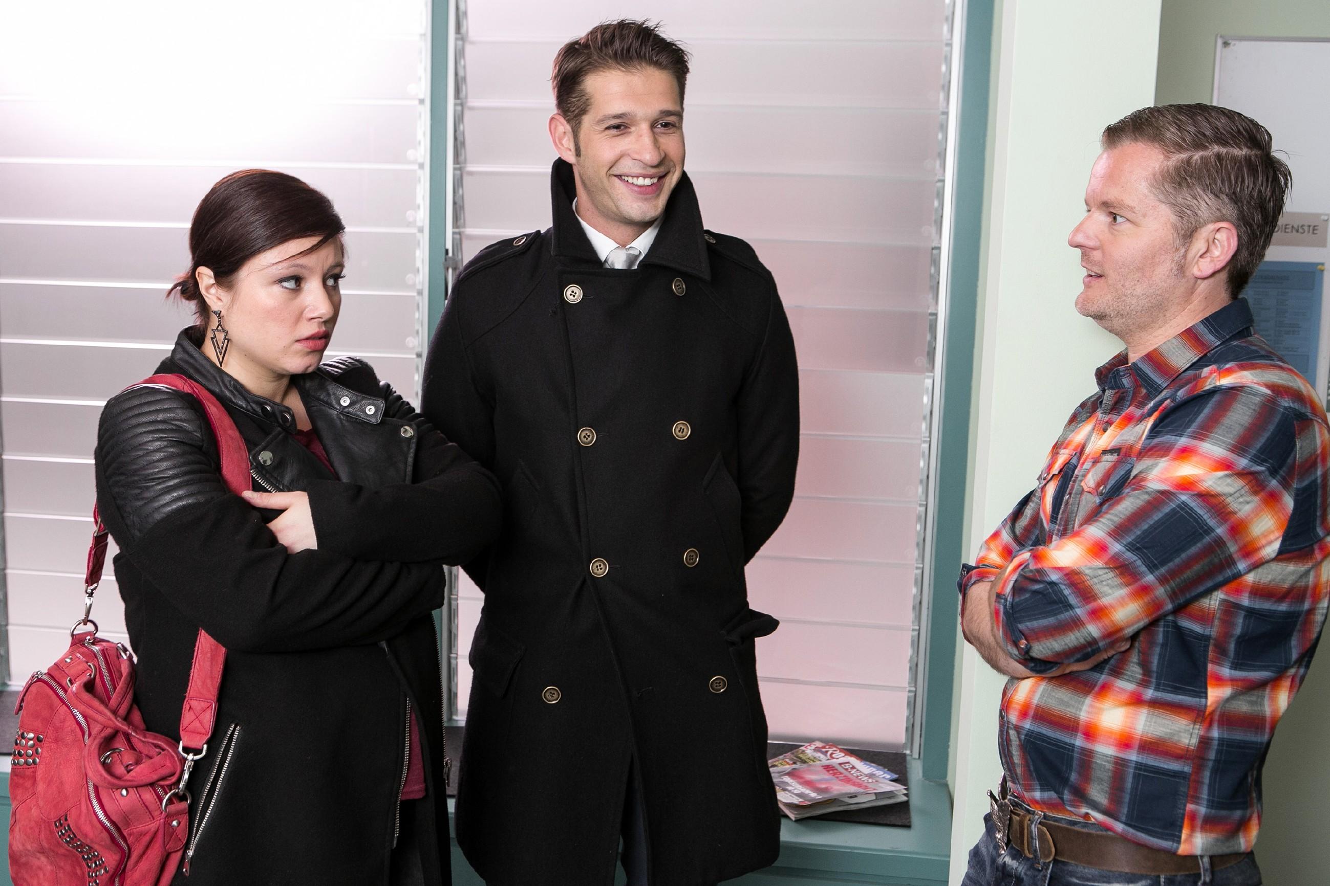 Vanessa (Julia Augustin) verschweigt vor Deniz (Igor Dolgatschew, M.) und Ingo (André Dietz), dass die goldene Hantel verschwunden ist. (Quelle: RTL / Kai Schulz)