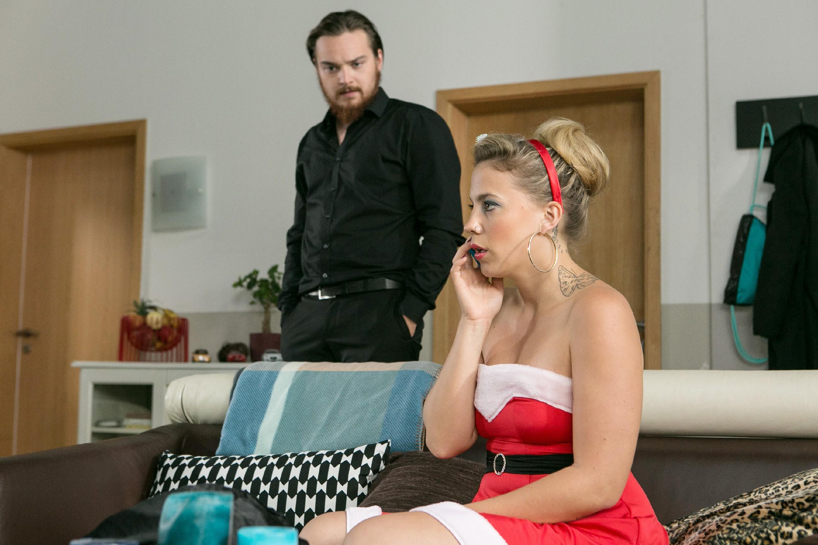 Obwohl sie von Marie erfährt, dass es keine Einladung zu einem privaten Fantreffen gegeben hat, ahnt Iva (Christina Klein) nicht, dass sie sich alleine mit Matthias (Philipp Noack) in großer Gefahr befindet. (Quelle: RTL / Kai Schulz)
