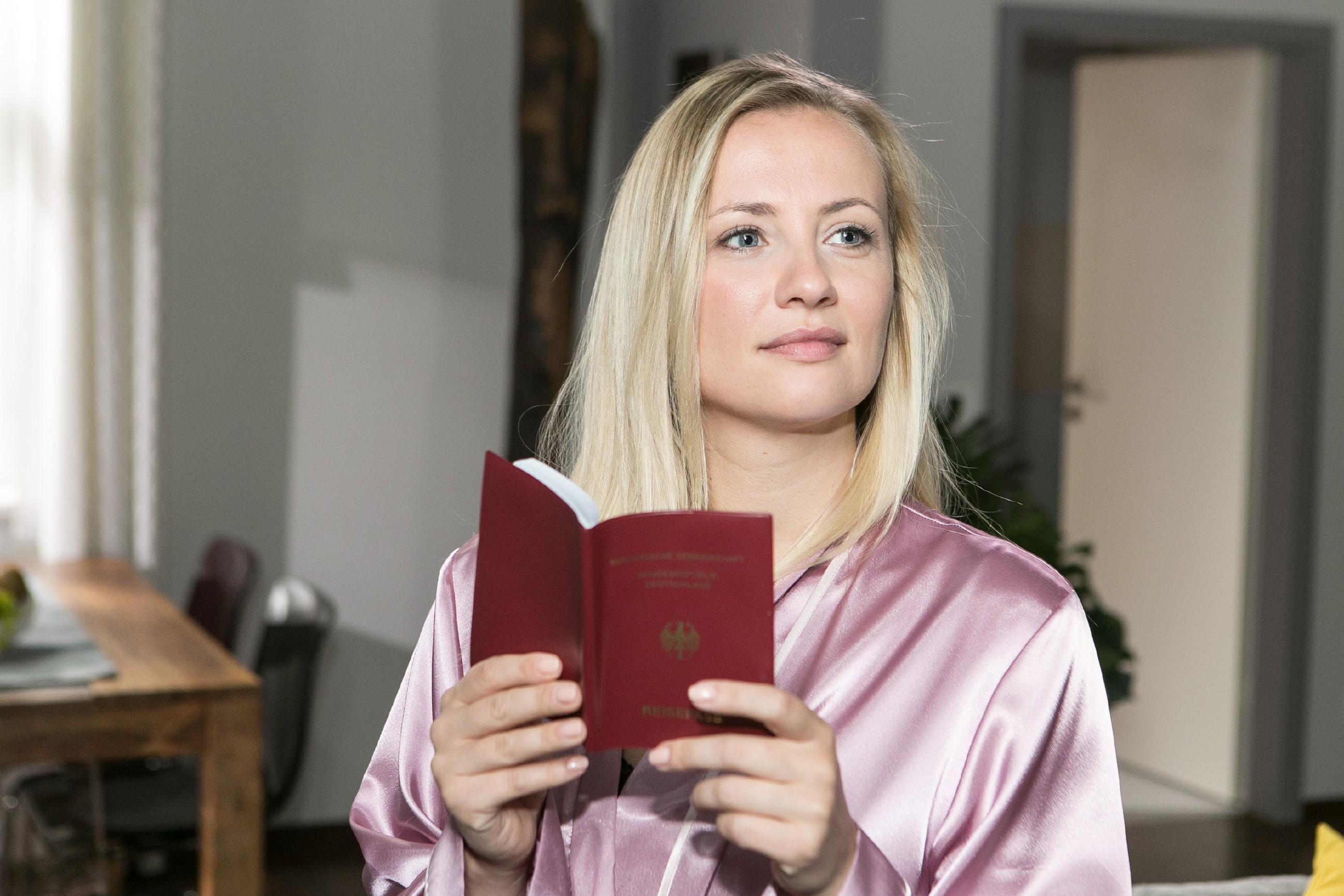 Isabelle (Ania Niedieck) trifft vorfreudig Vorbereitungen für ihre Reise nach Las Vegas und muss sich eingestehen, dass sie sich in Thomas verliebt hat. (Quelle: RTL / Kai Schulz)