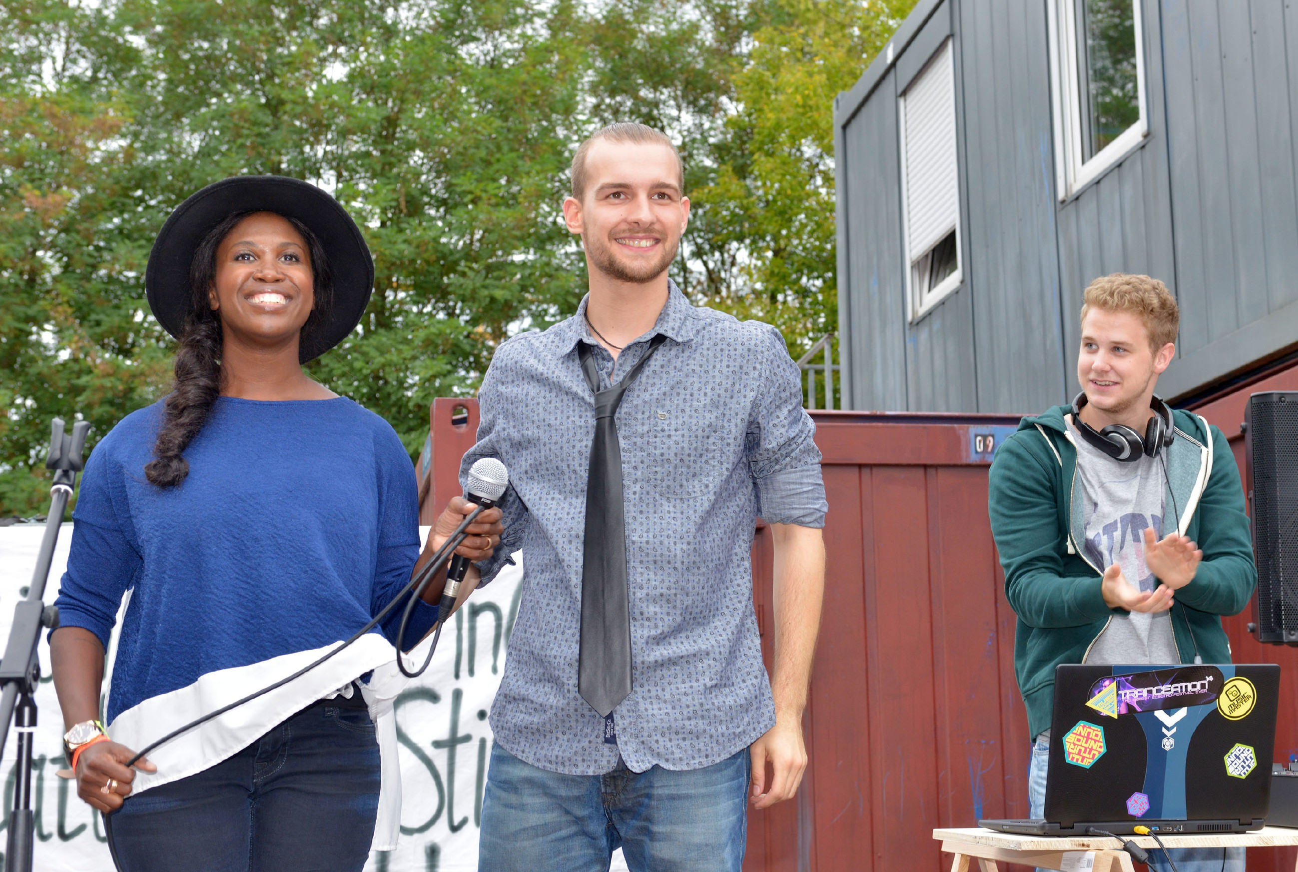 Chris (Eric Stehfest, M.) und Jonas (Felix van Deventer)bekommen bei der Aktion für Flüchtlinge prominente Unterstützung von der Tanzshow-Jurorin Motsi Mabuse. (Quelle: RTL / Rolf Baumgartner)