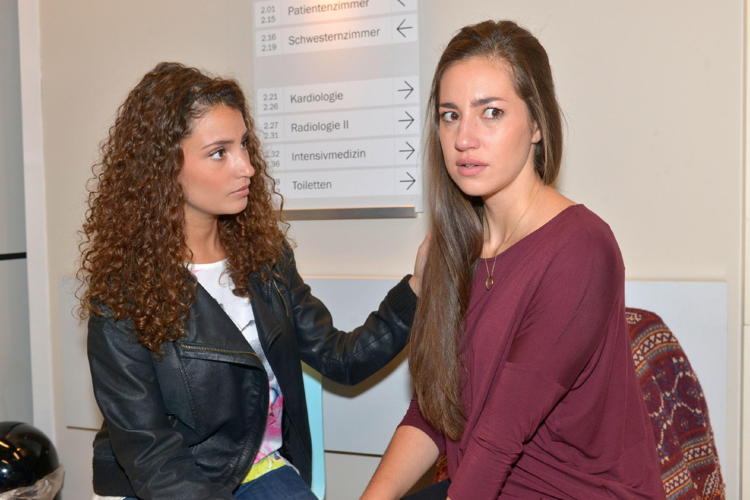 Ayla (Nadine Menz, l.) kümmert sich um Elena (Elena Garcia Gerlach), die um Johns Leben bangt. Zu nah ist noch die Erinnerung an den tragischen Verlust von Dominik... (Quelle: RTL / Rolf Baumgartner)