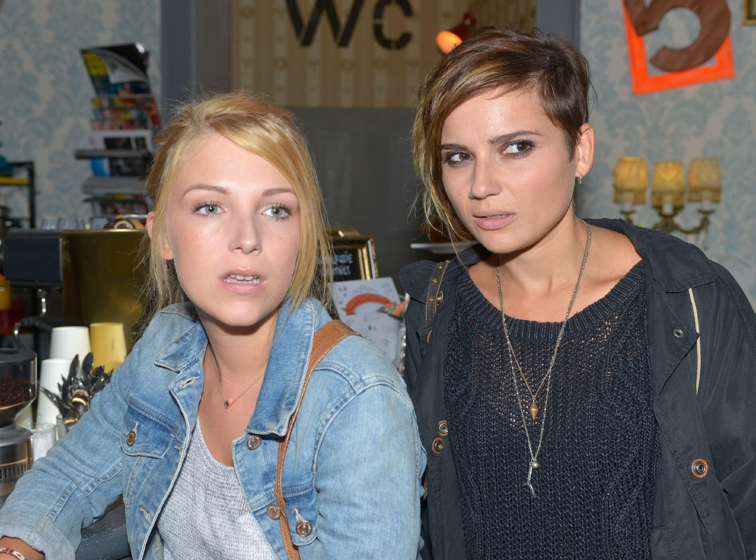 Lilly (Iris Mareike Steen, l.) und Anni (Linda Marlen Runge) glauben, dass Tuner etwas zu verheimlichen versucht. (Quelle: RTL / Rolf Baumgartner)