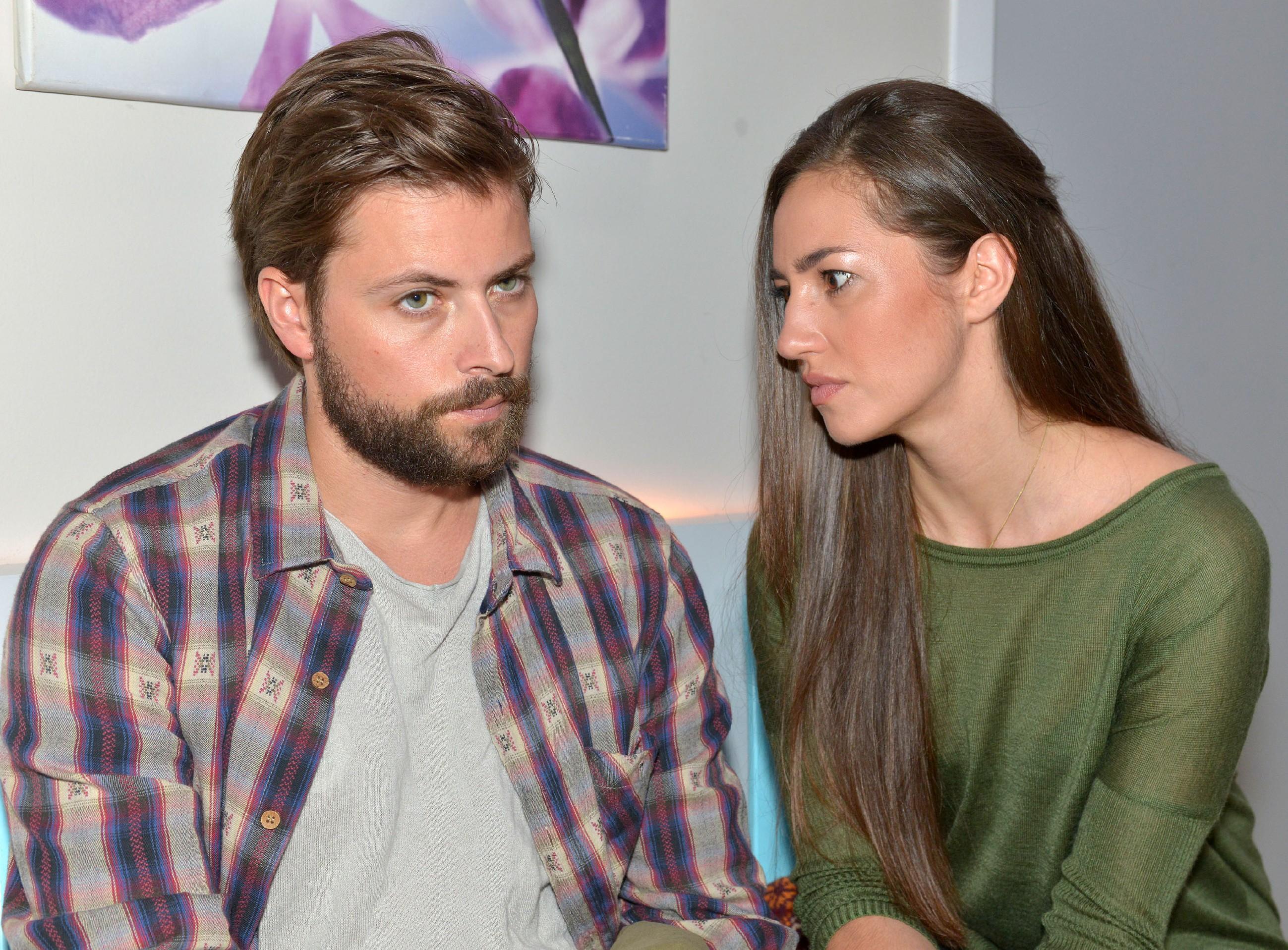 Als Elena (Elena Garcia Gerlach) erfährt, dass John (Felix von Jascheroff) sofort operiert werden muss, bekommt sie es mit der Angst zu tun. (Quelle: RTL / Rolf Baumgartner)