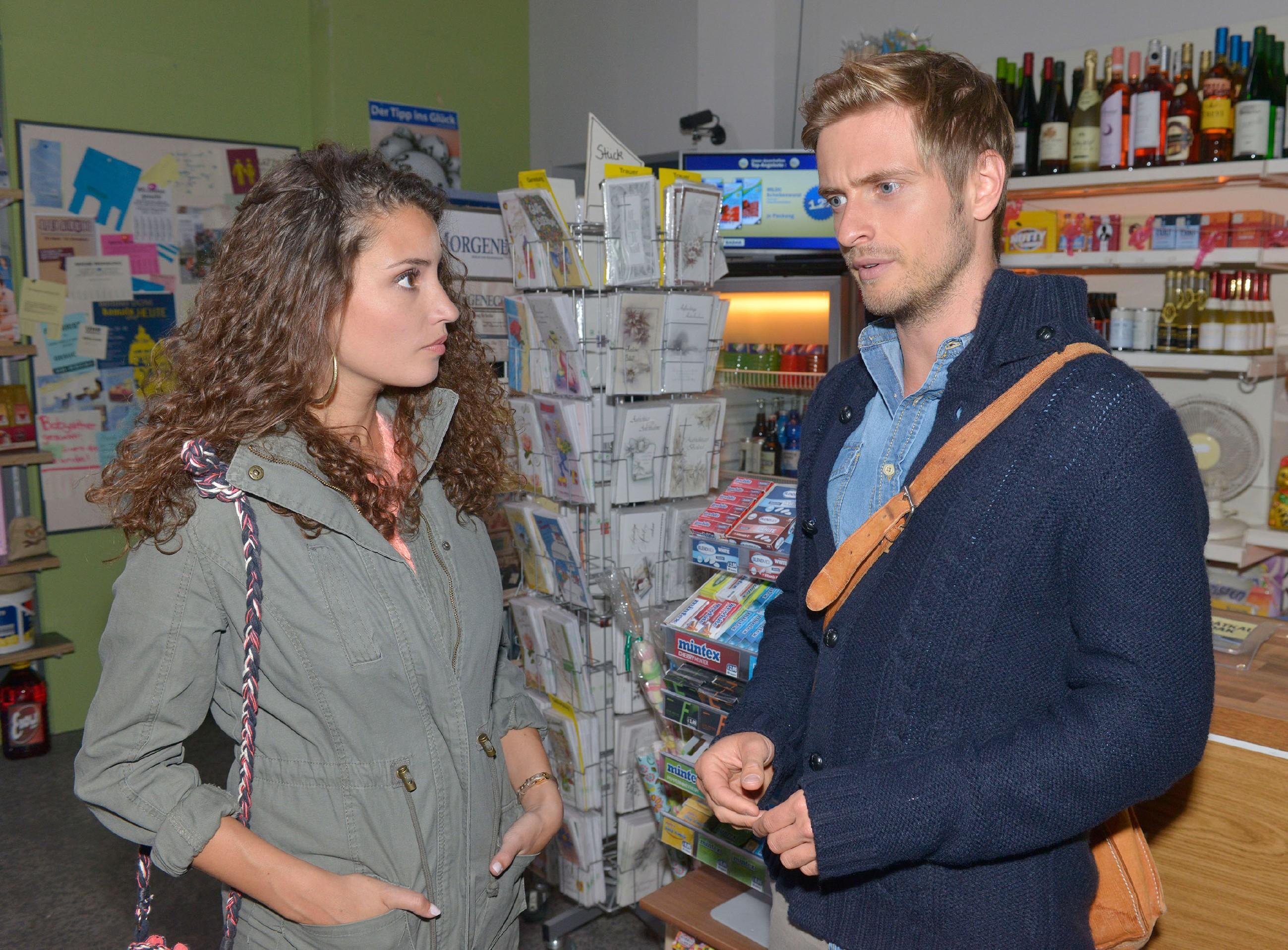 Ayla (Nadine Menz) spürt, dass Philip (Jörn Schlönvoigt) durch die Vorladung zu dem Prozess gegen Elenas Vergewaltiger von seinen Schuldgefühlen eingeholt wird. (Quelle: RTL / Rolf Baumgartner)