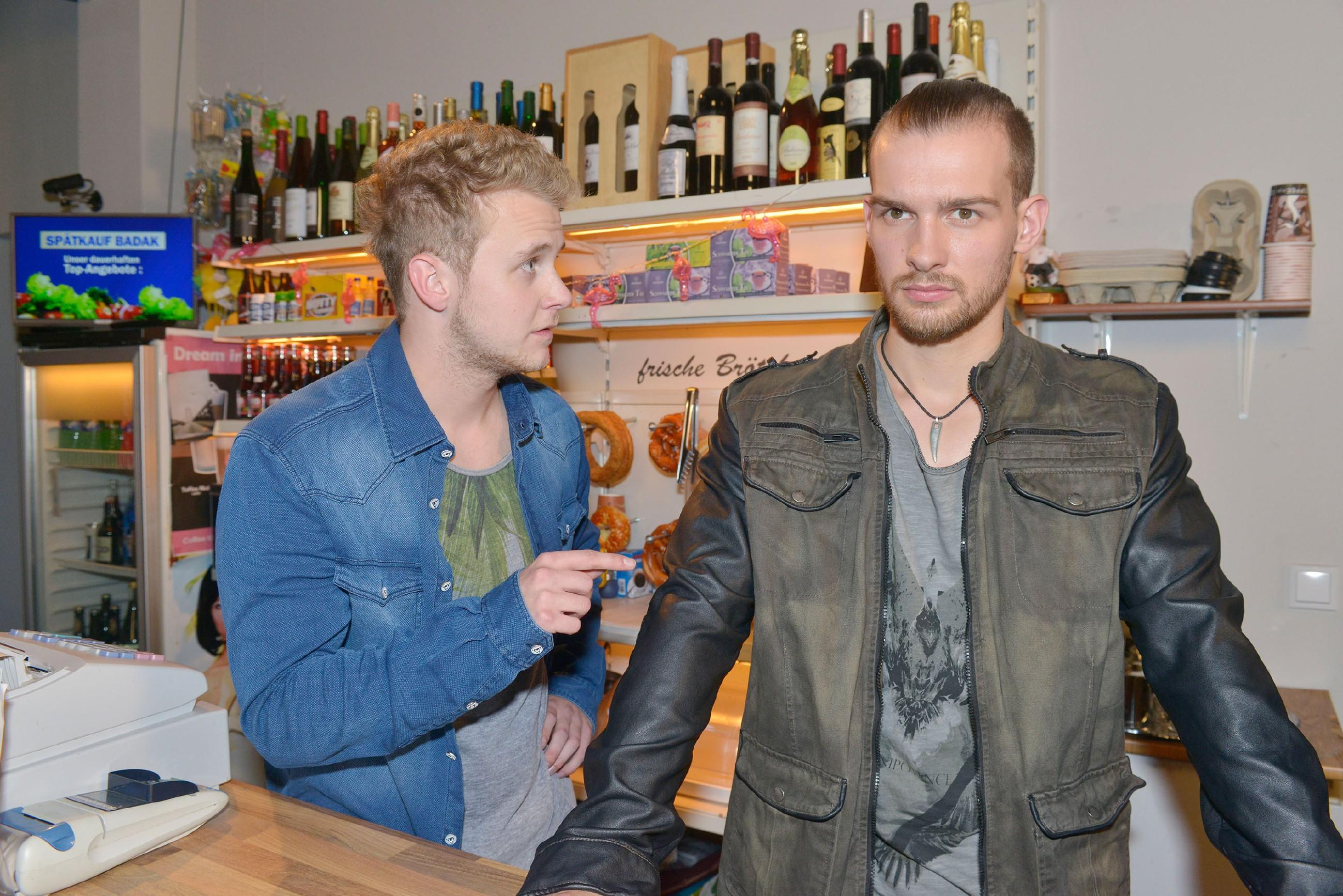 Jonas (Felix van Deventer, l.) erkennt, wie verbissen Chris (Eric Stehfest) seine Ziele verfolgt. (Quelle: RTL / Rolf Baumgartner)