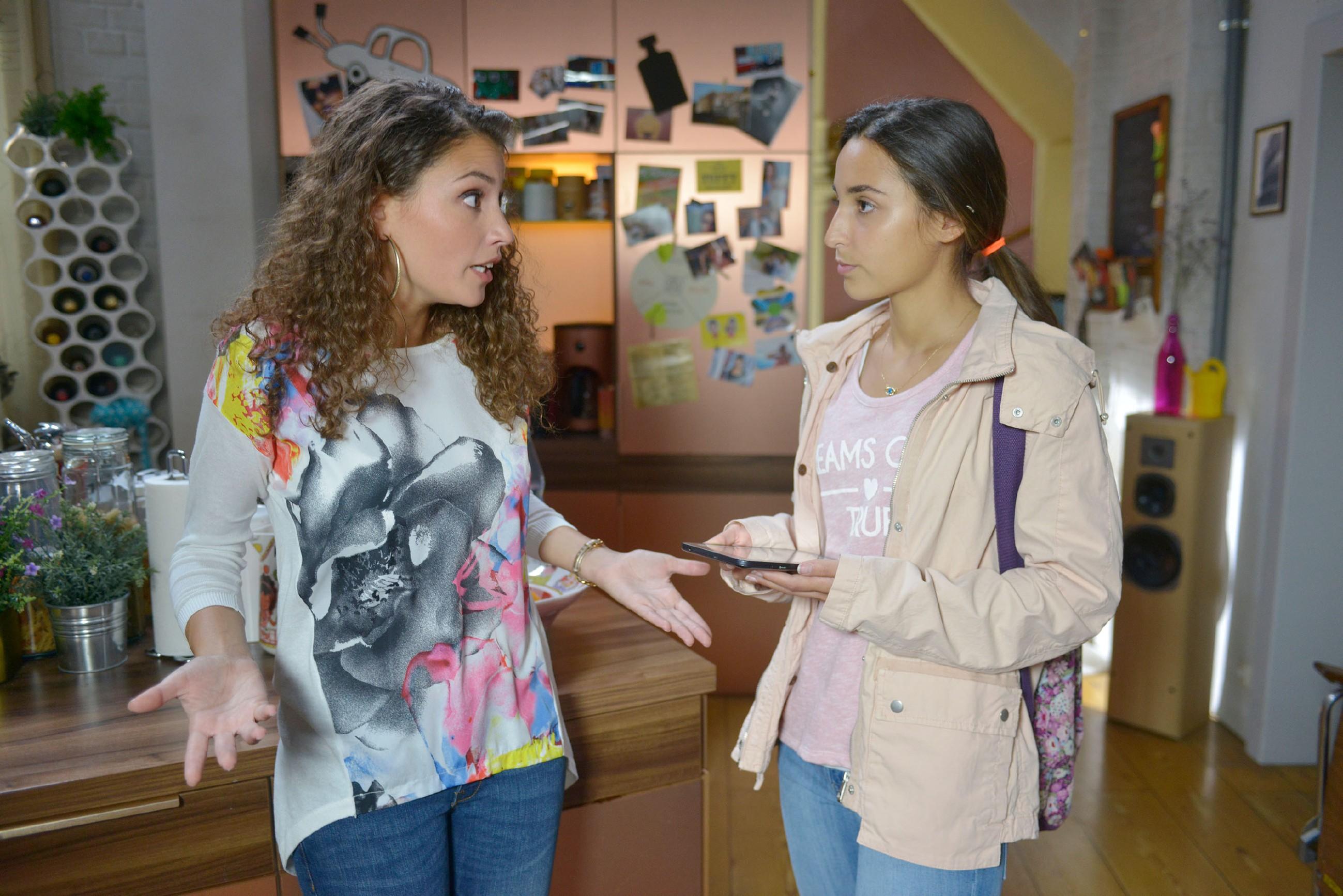 Ayla (Nadine Menz, l.) ist sich nicht sicher, ob sie wirklich die Verantwortung für ihre minderjährige Cousine Selma (Rona Özkan) übernehmen will.