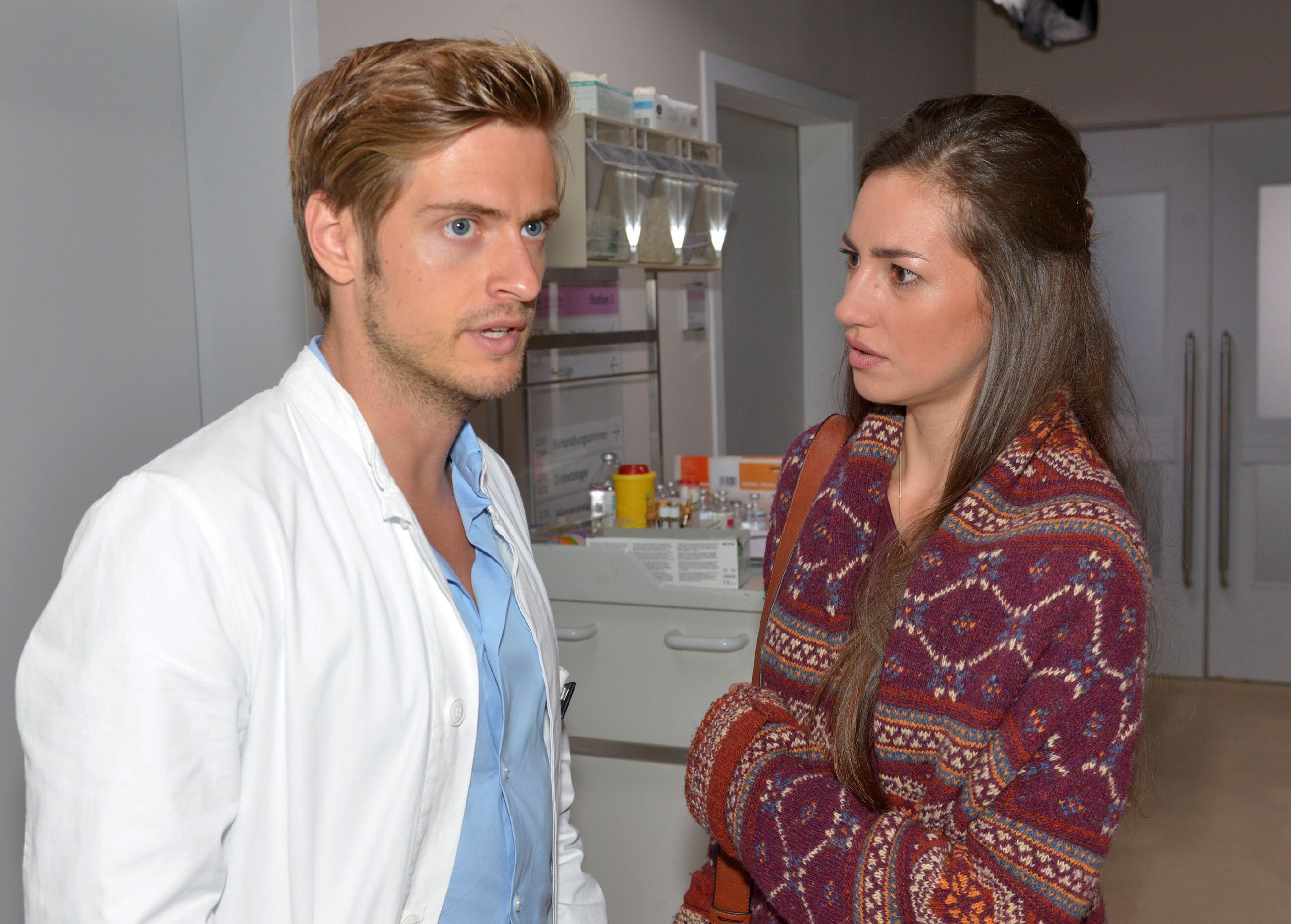 Als Elena (Elena Garcia Gerlach) bei John weitere Anzeichen für eine mögliche Erkrankung entdeckt, sucht sie Philip (Jörn Schlönvoigt) im Krankenhaus auf, um sich mit ihm zu beraten. (Quelle: RTL / Rolf Baumgartner)