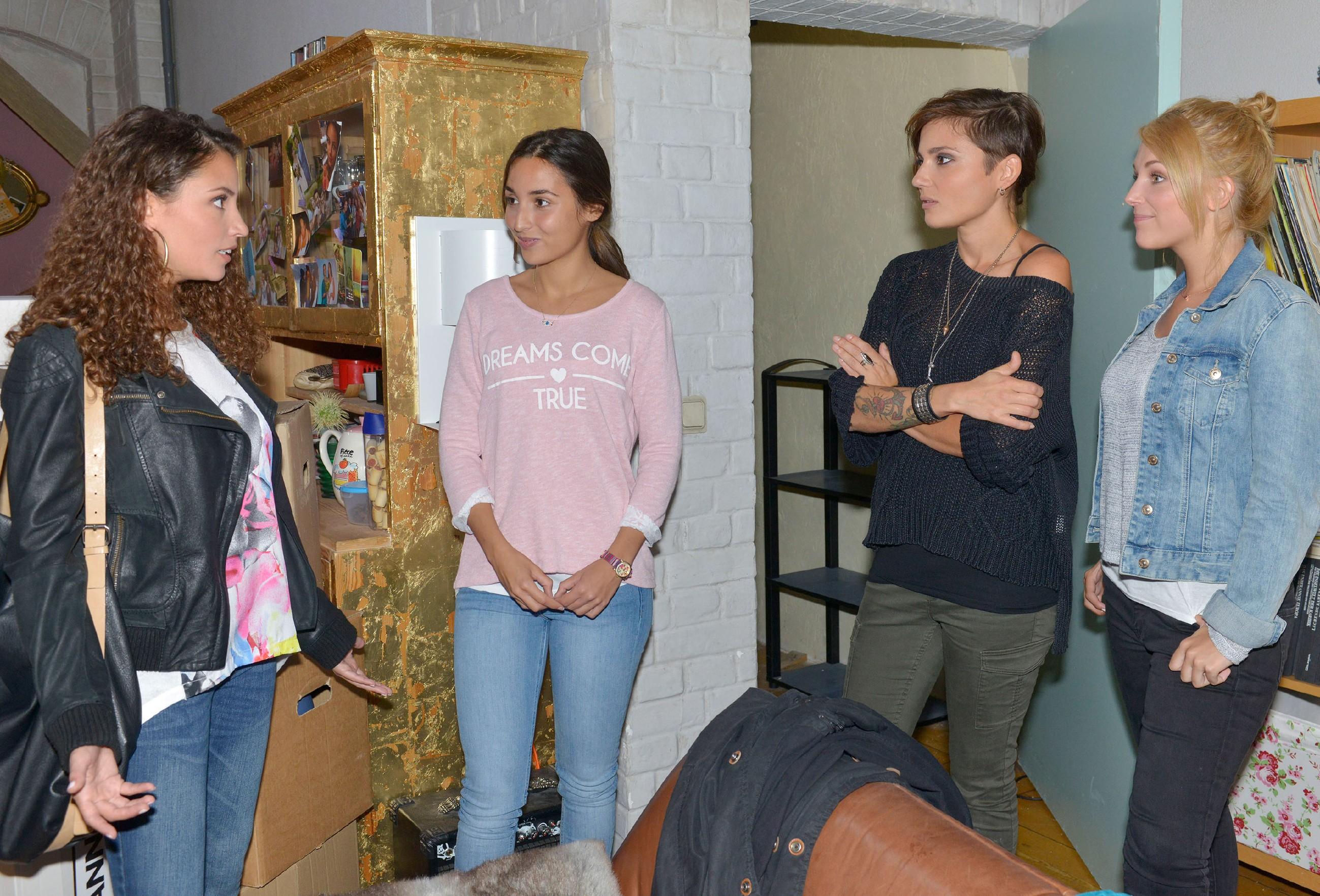 Selma (Rona Özkan, 2.v.l.) stellt sich vor, bei Ayla (Nadine Menz, l.), Anni (Linda Marlen Runge) und Lilly (Iris Mareike Steen, r.) in der WG wohnen zu können.