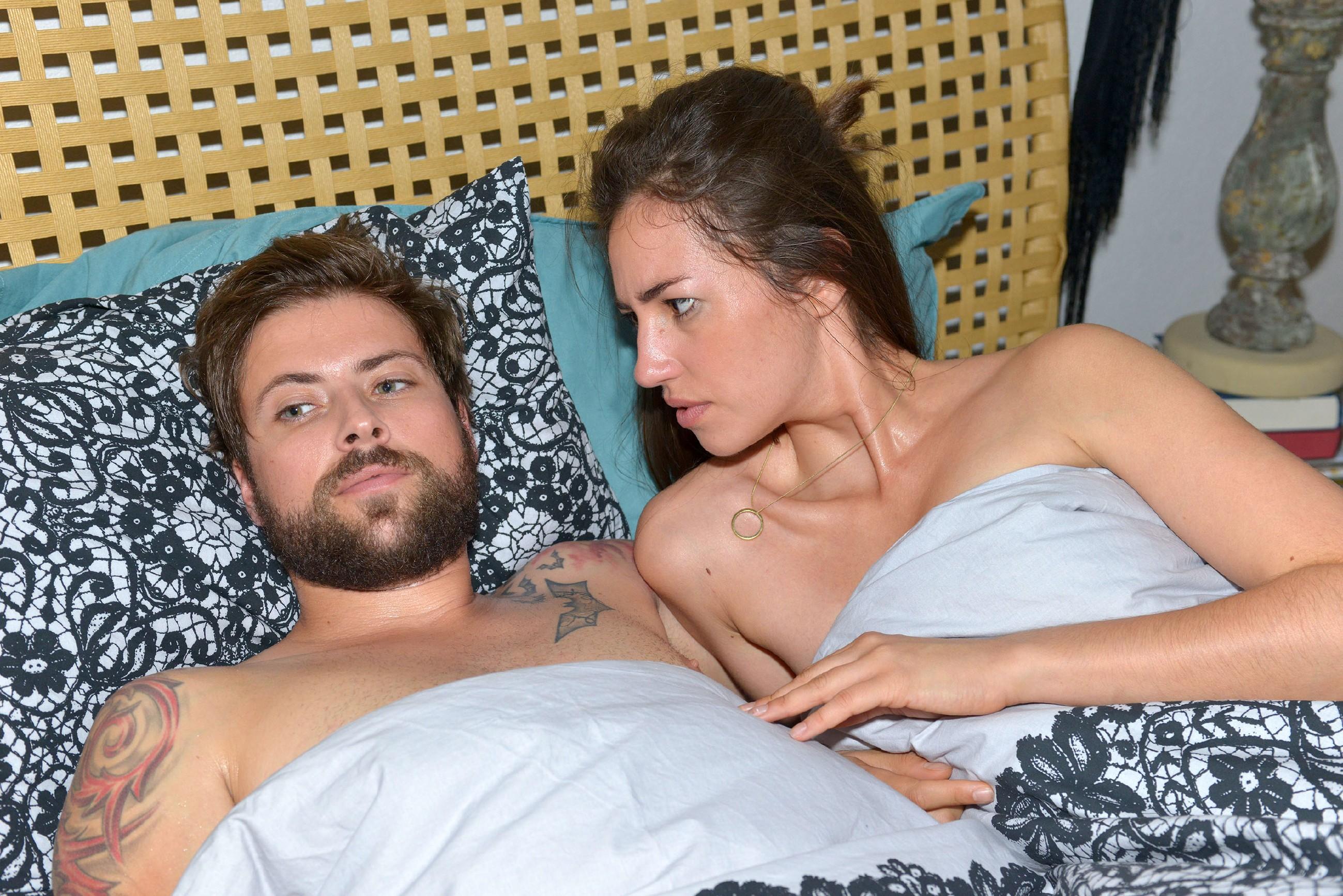 Elena (Elena Garcia Gerlach) macht sich Sorgen um Johns (Felix von Jascheroff) Gesundheit und bittet ihn, die Untersuchung nachzuholen. (Quelle: RTL / Rolf Baumgartner)