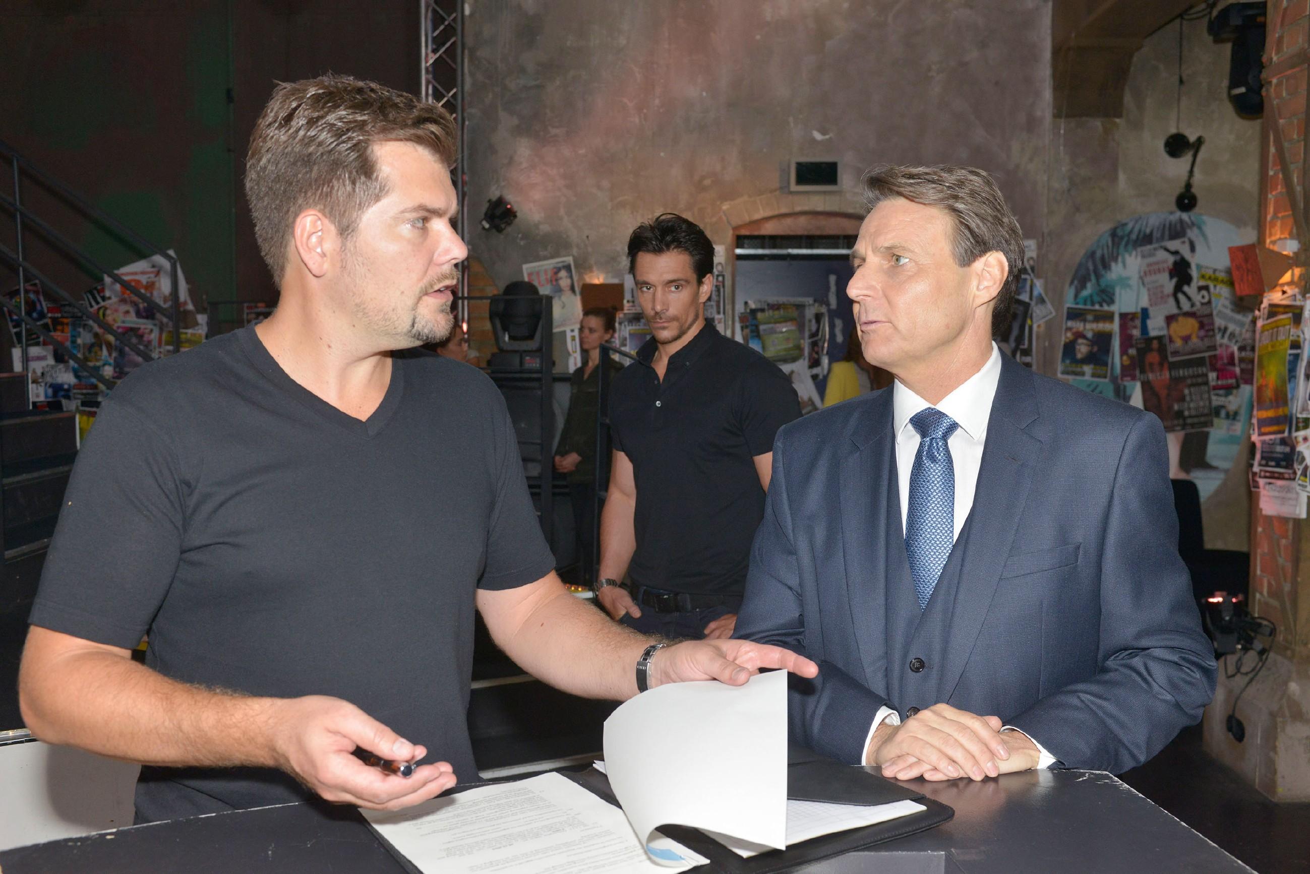 David (Philipp Christopher, hinten) beobachtet, wie Gerner (Wolfgang Bahro, r.) Leon (Daniel Fehlow) mit der Pachtverlängerung vertröstet. (Quelle: RTL / Rolf Baumgartner)