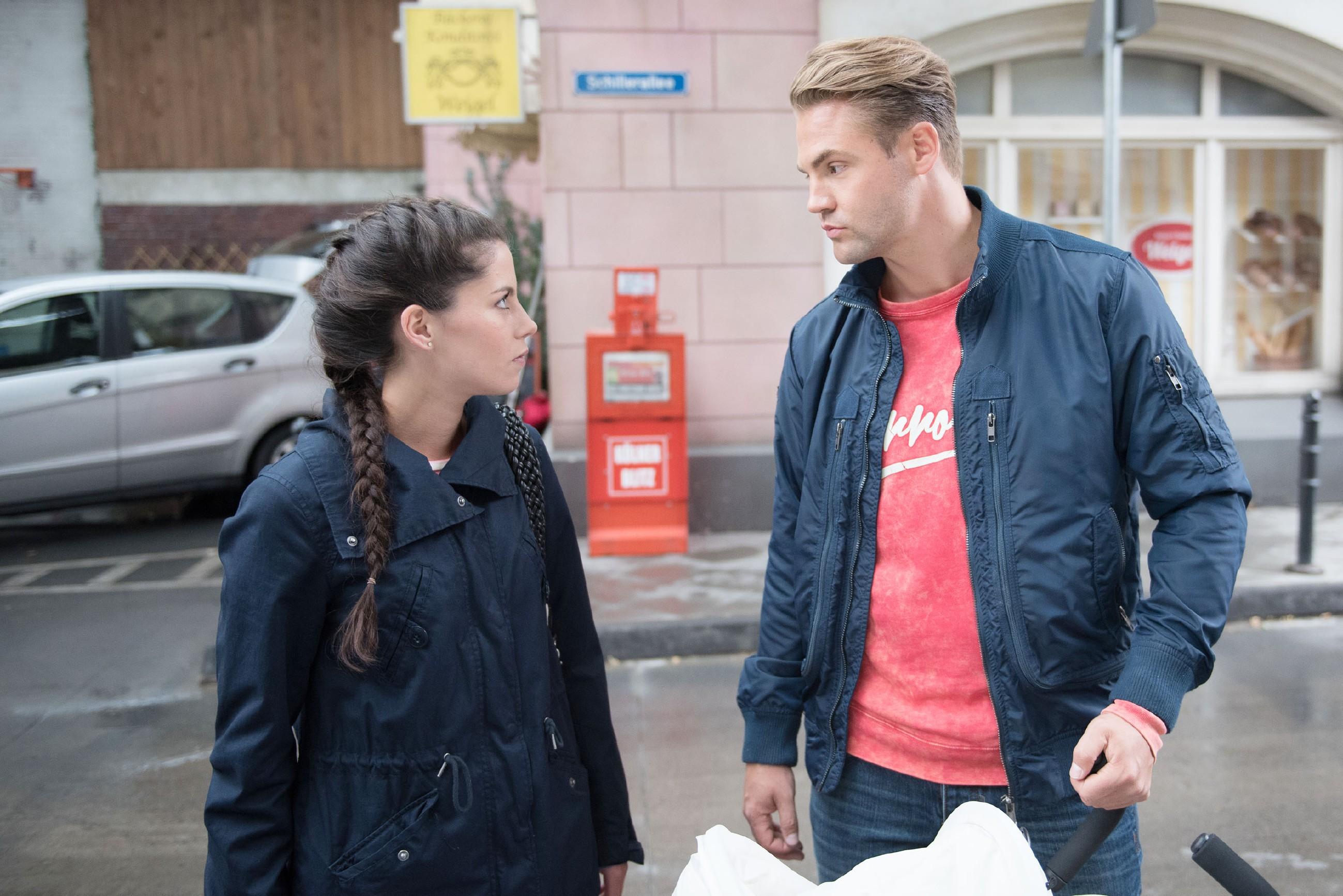 Da Sina (Valea Katharina Scalabrino) nichts gegen Bambis (Benjamin Heinrich) Einzug in die Wohnung tun kann, stellt sie klare Verhaltensregeln auf. (Quelle: RTL / Stefan Behrens)