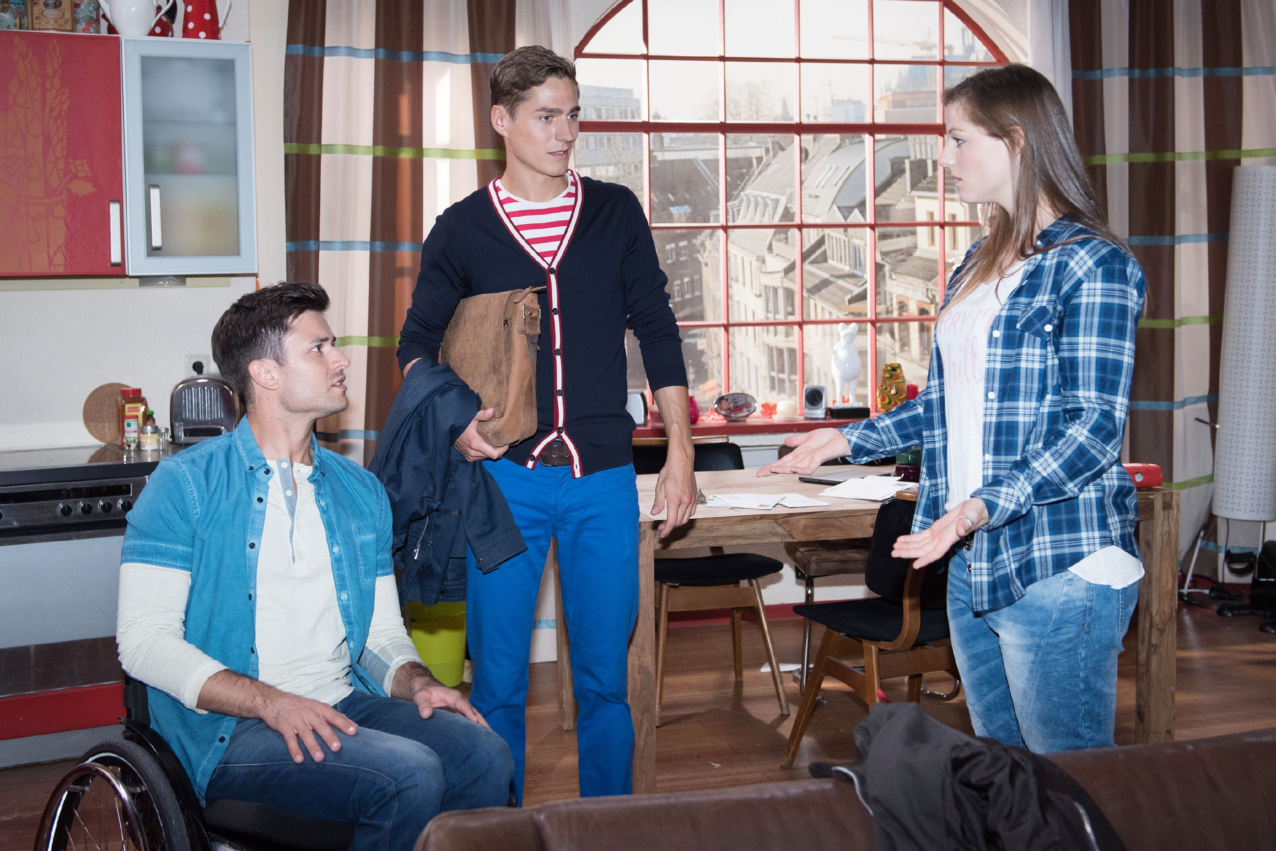 """Elli (Nora Koppen) versucht vergeblich, Paco (Milos Vukovic, l.) das vermeintliche """"Sexspiel"""" mit Ringo (Timothy Boldt) zu erklären. (Quelle: RTL / Stefan Behrens)"""