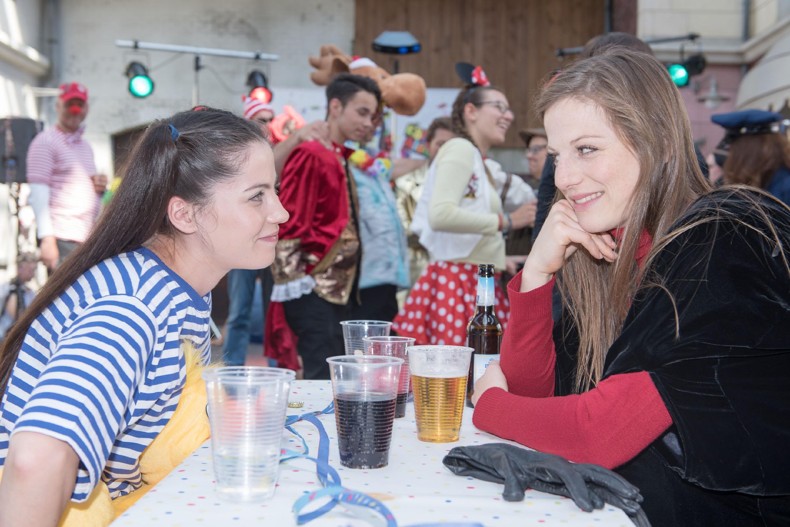 Elli (Nora Koppen, r.) fühlt sich ertappt und streitet vor Sina (Valea Katharina Scalabrino) ab, Gefühle für Paco zu hegen. (Quelle: RTL / Stefan Behrens)