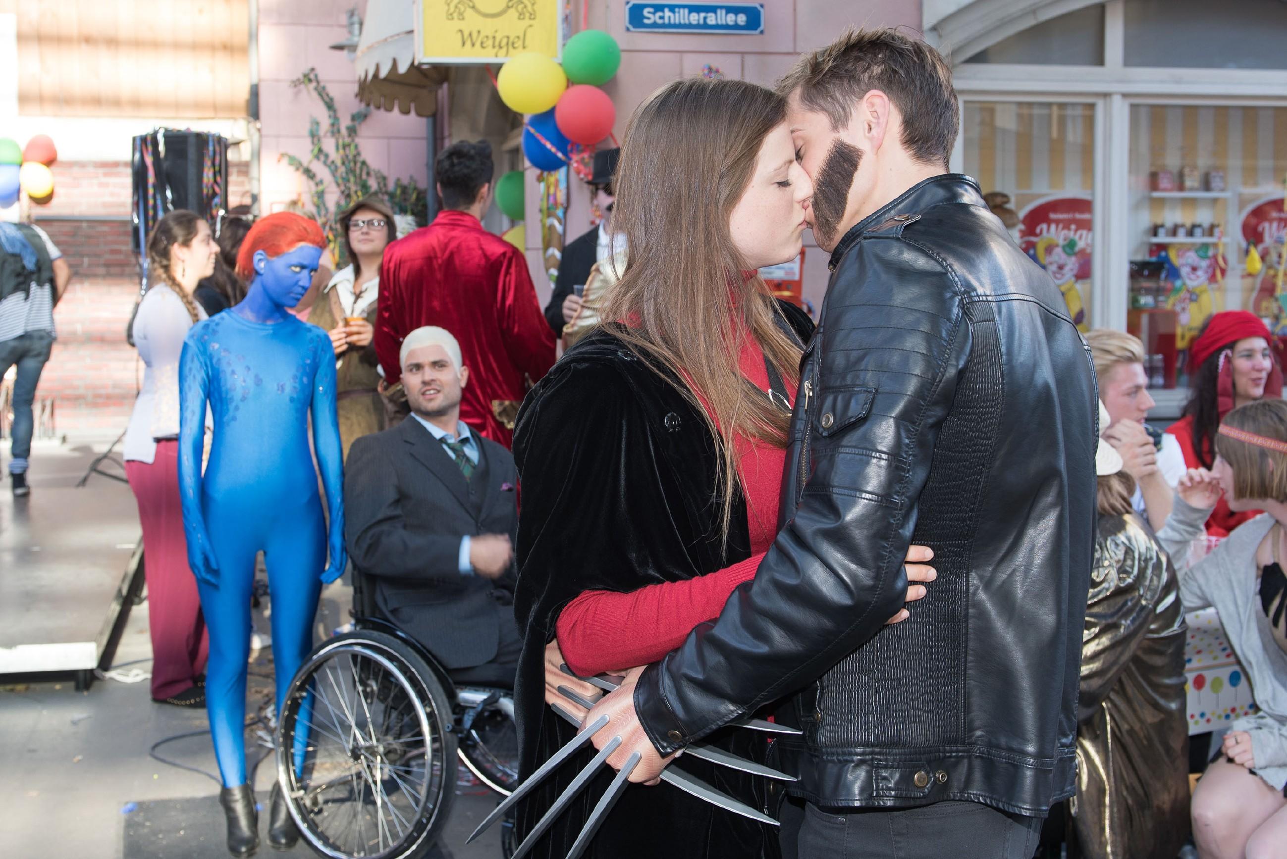 Jule (Amrei Haardt, l.) und Paco (Milos Vukovic, 2.v.l.) beobachten mit gemischten Gefühlen, wie Elli (Nora Koppen) im Karnevalsgetümmel mit Ringo (Timothy Boldt) knutscht. (Quelle: RTL / Stefan Behrens)
