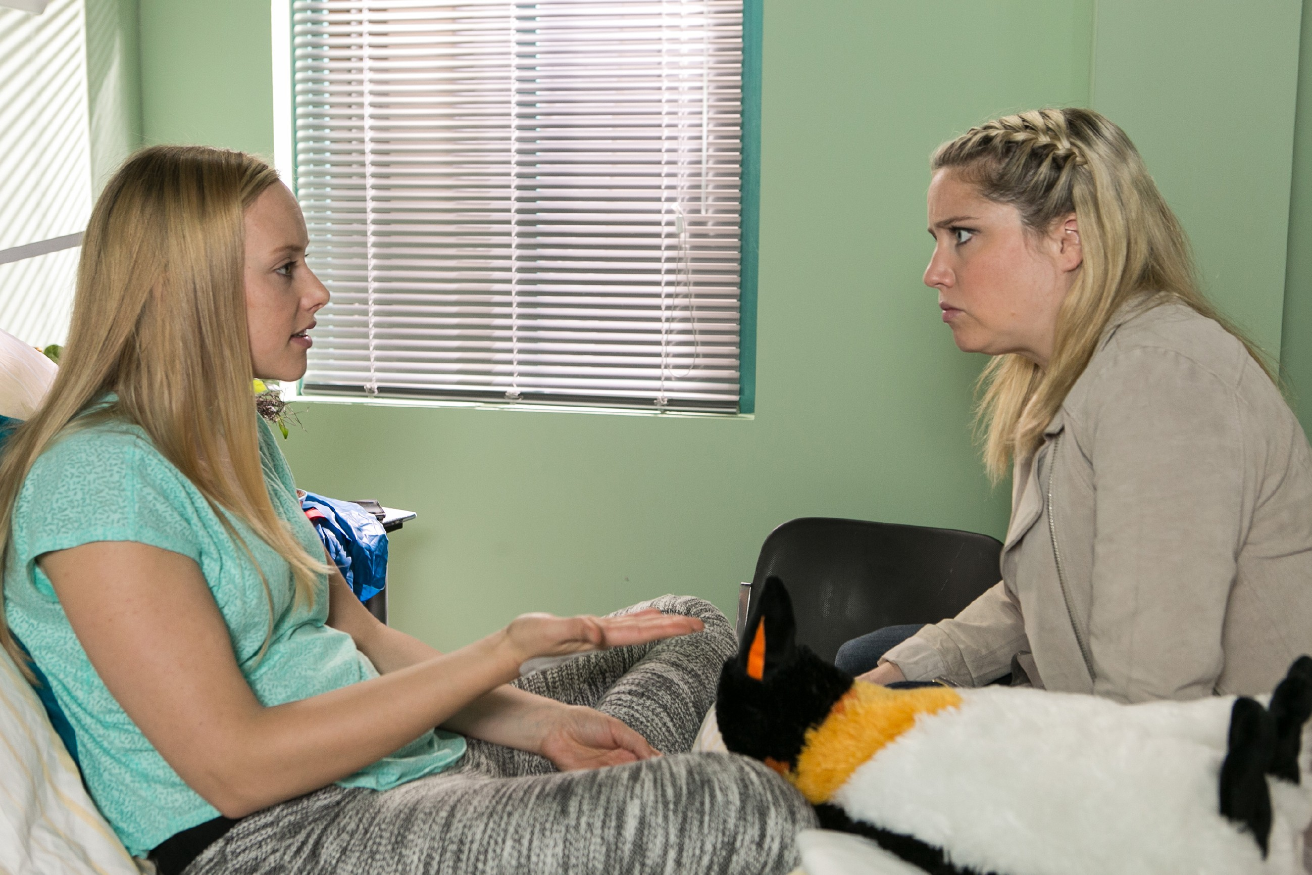 Bea (Caroline Maria Frier, r.) muss Marie (Judith Neumann) versprechen, die Hantel-Lüge der Steinkamps für sich zu behalten. (Quelle: RTL / Kai Schulz)