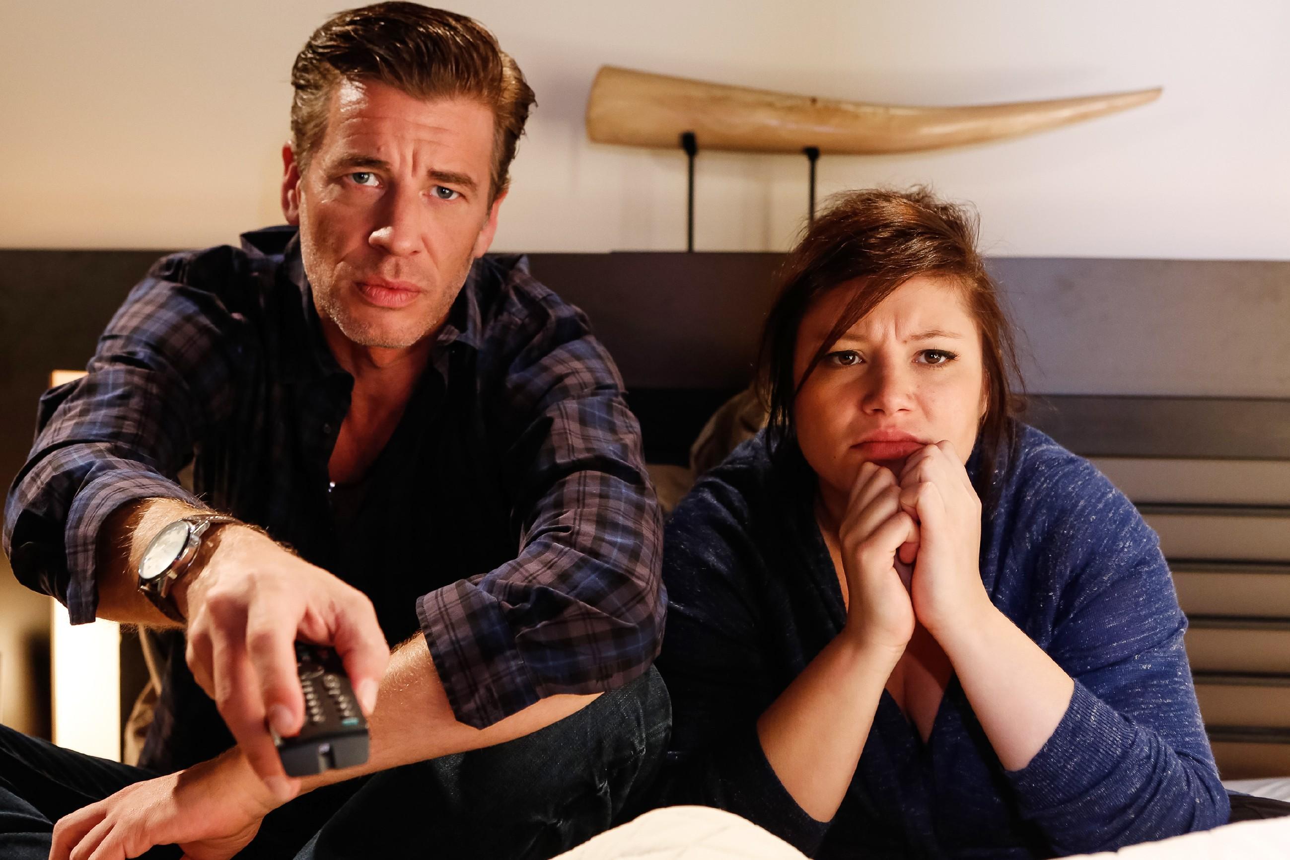 Christoph (Lars Korten) und Vanessa (Julia Augustin) verfolgen im Fernsehen das TV-Duell zwischen Richard und Bea. (Quelle: RTL / Kai Schulz)